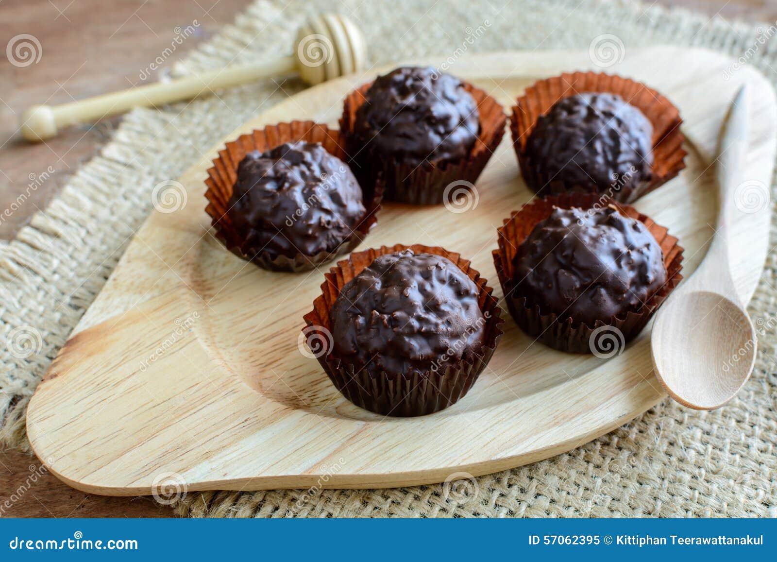 Chocoladeballen op houten plaat