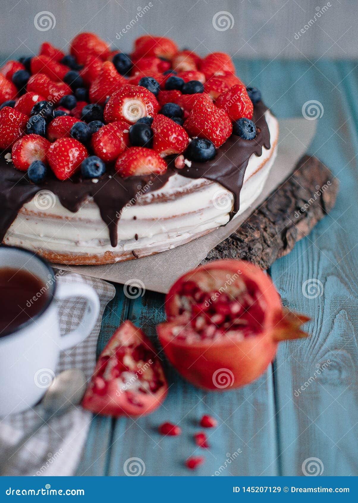Chocoladecake met bessen en munt op de tribune