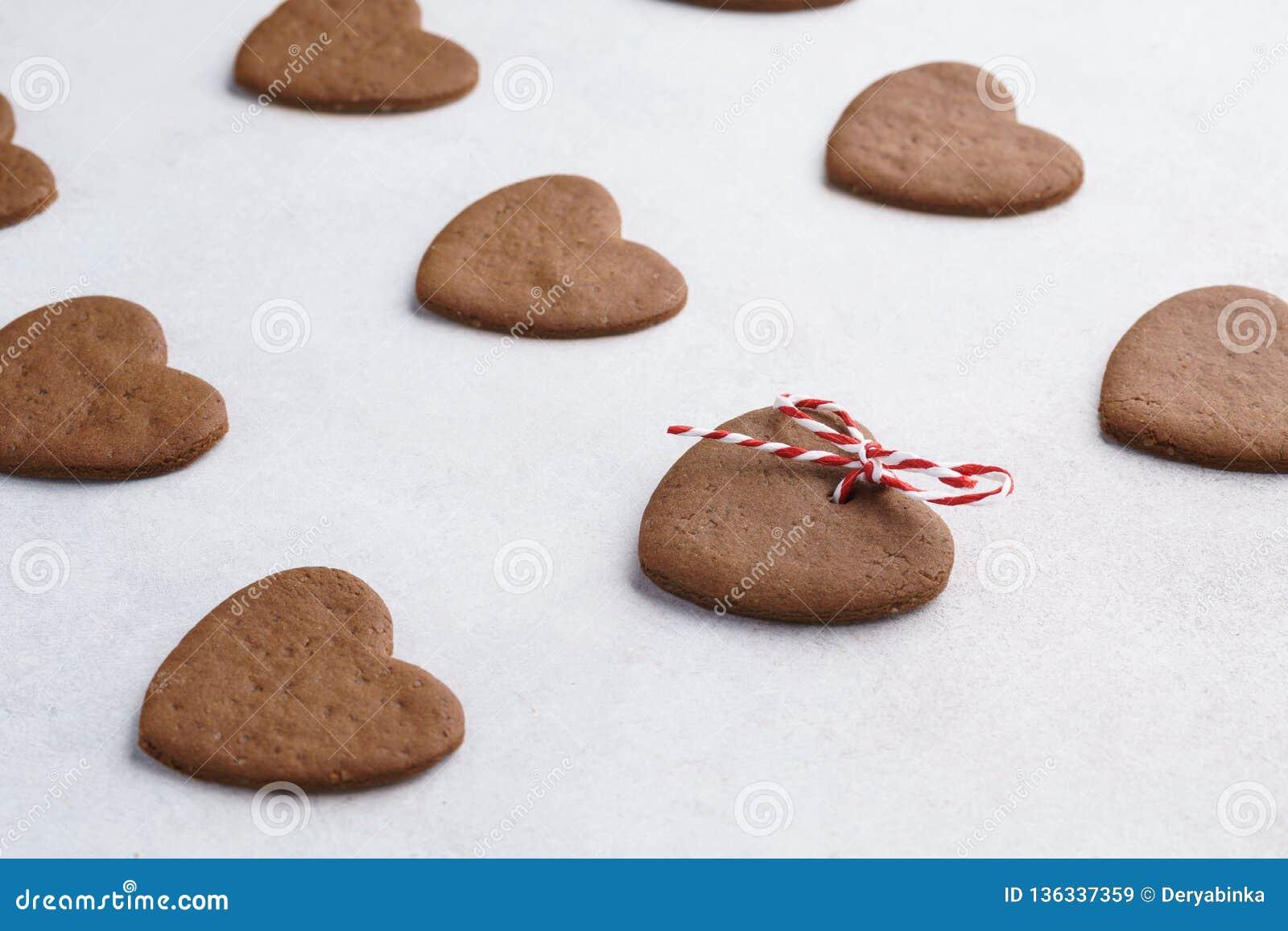 Chocoladehart gevormde die koekjes met feestelijke streng worden verfraaid