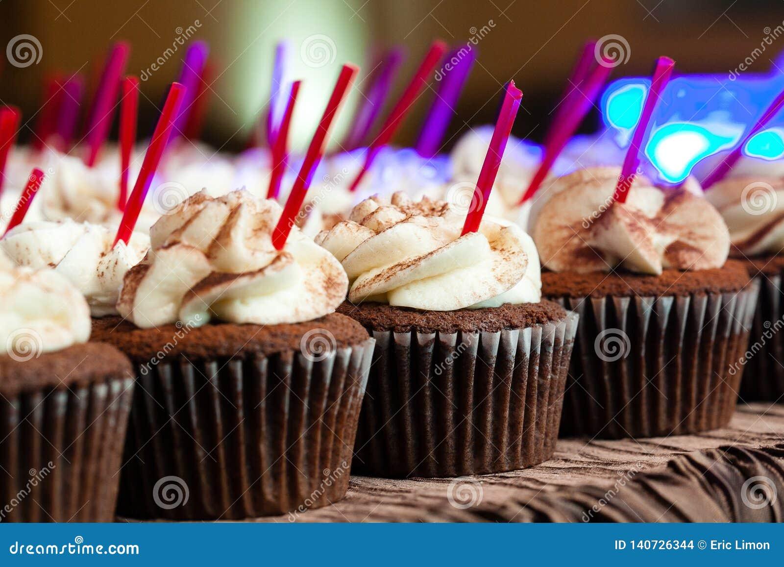 Chocolat épousant des petits gâteaux avec se givrer pendant un événement approvisionné