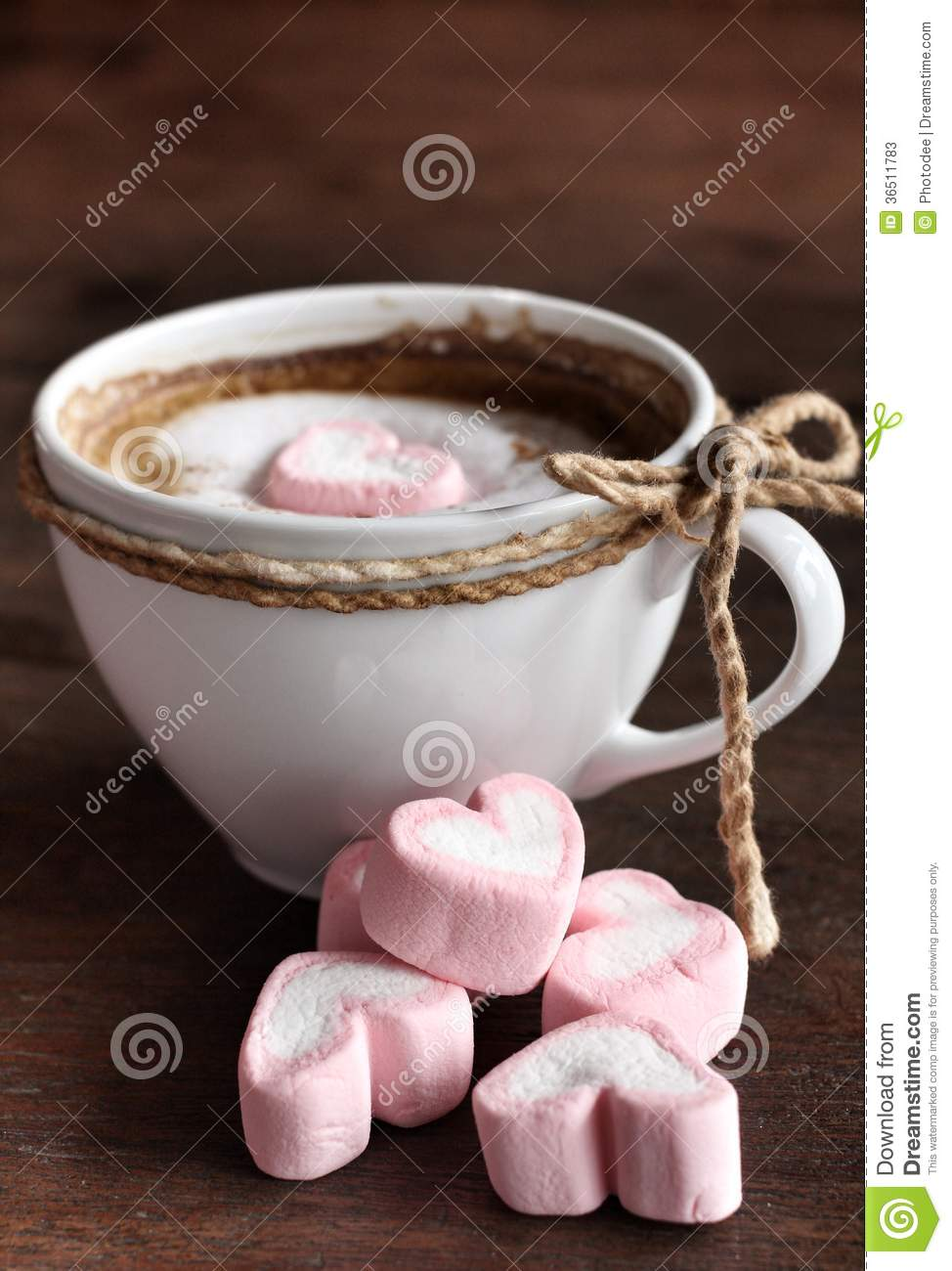 chocolat chaud avec la guimauve de rose de coeur photos stock image 36511783. Black Bedroom Furniture Sets. Home Design Ideas