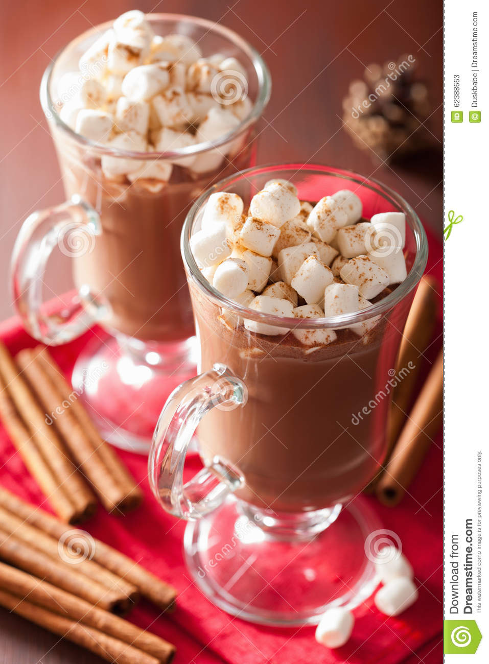 chocolat chaud avec la mini boisson d 39 hiver de cannelle de guimauves photo stock image 62388663. Black Bedroom Furniture Sets. Home Design Ideas