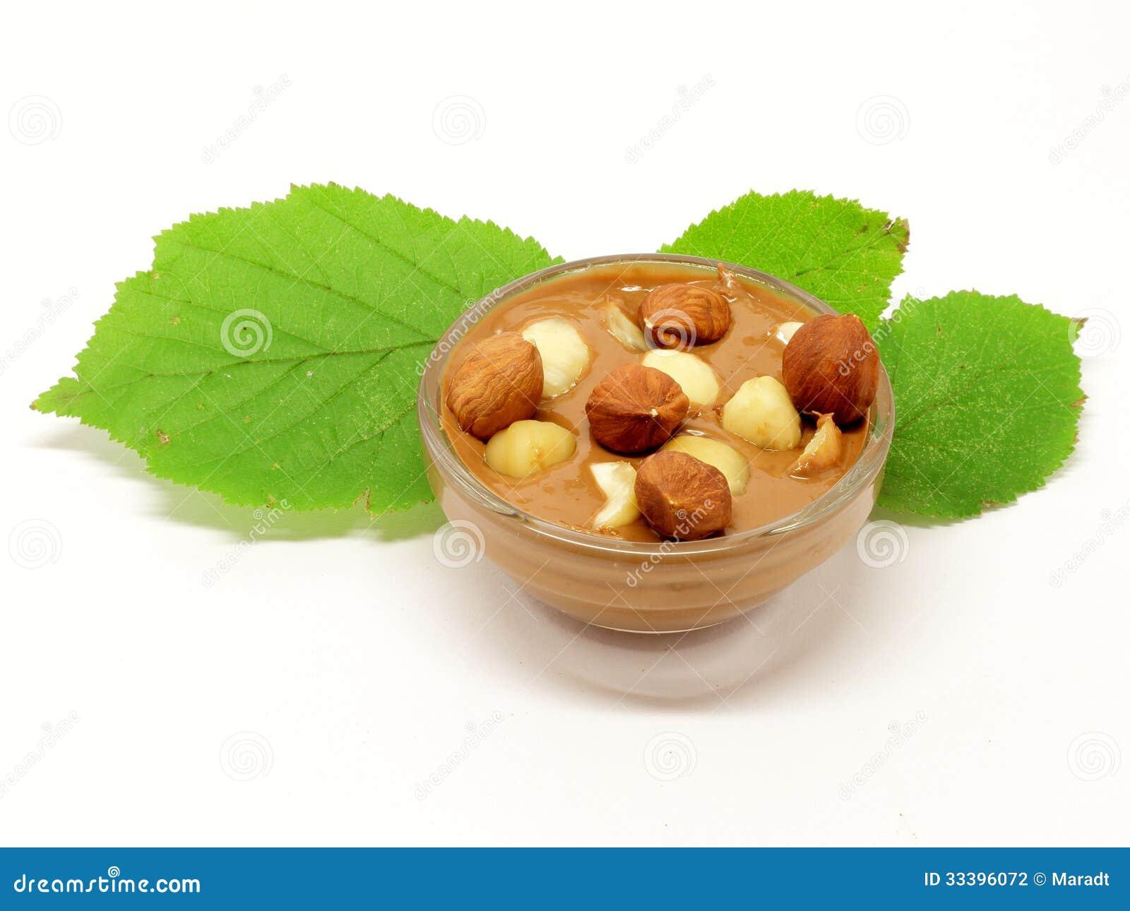 Chocolat de noisette dans le bol en verre avec la feuille