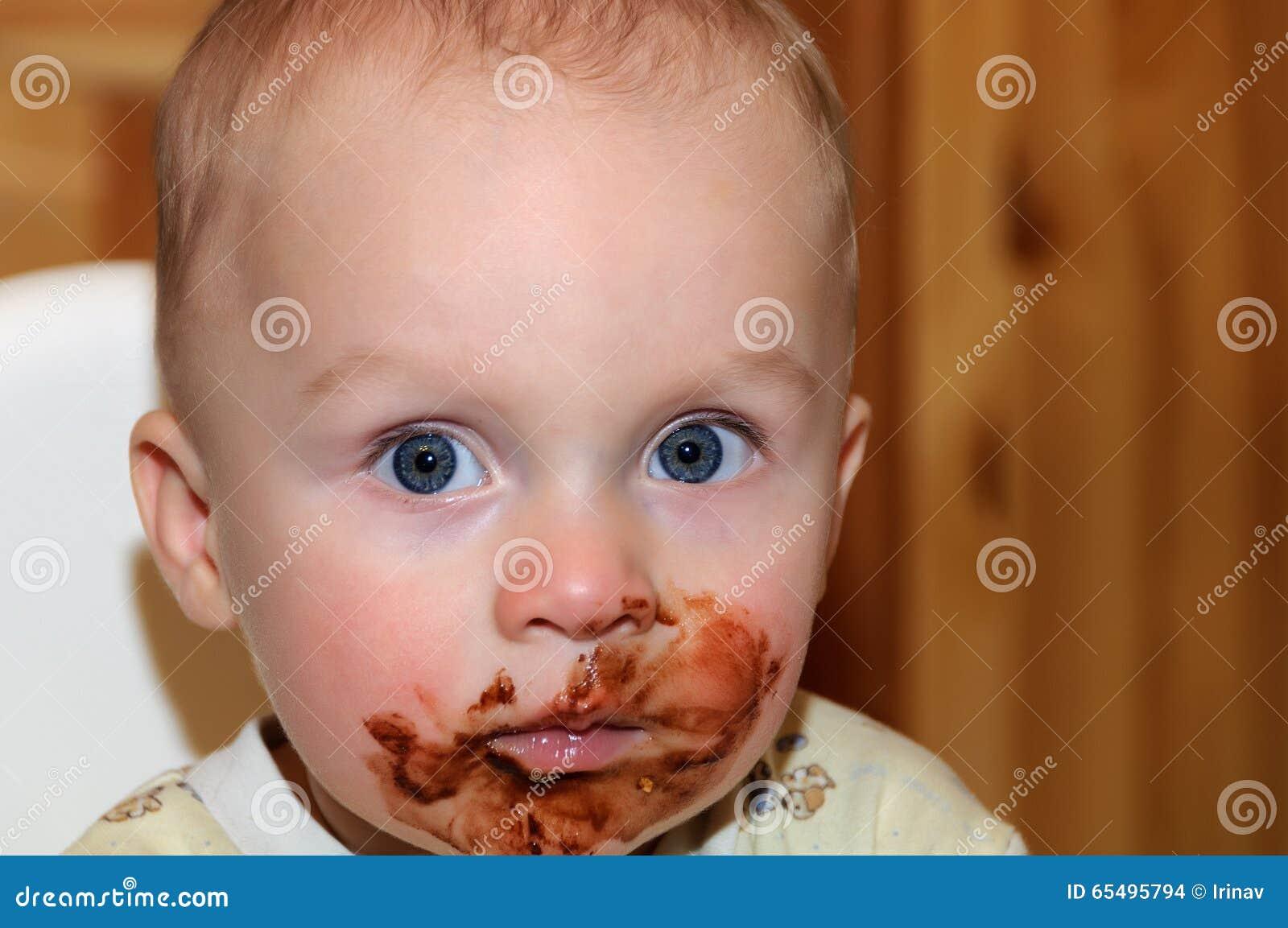 Chocolat encrassé de garçon d enfant