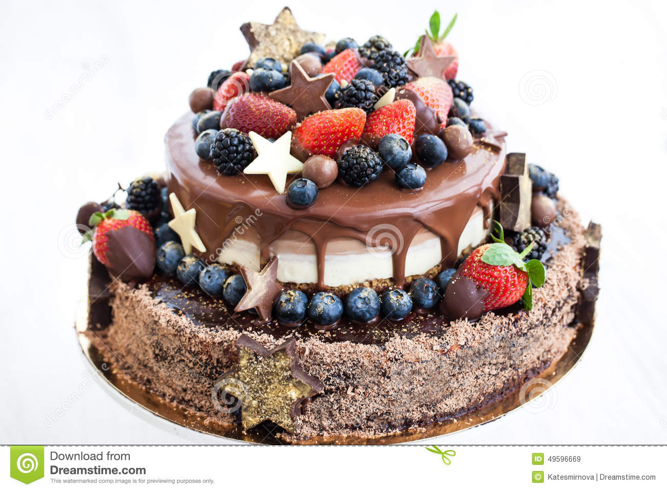 Chocolate cake with icing decorated with fresh fruit for Decoration gateau 3 chocolat