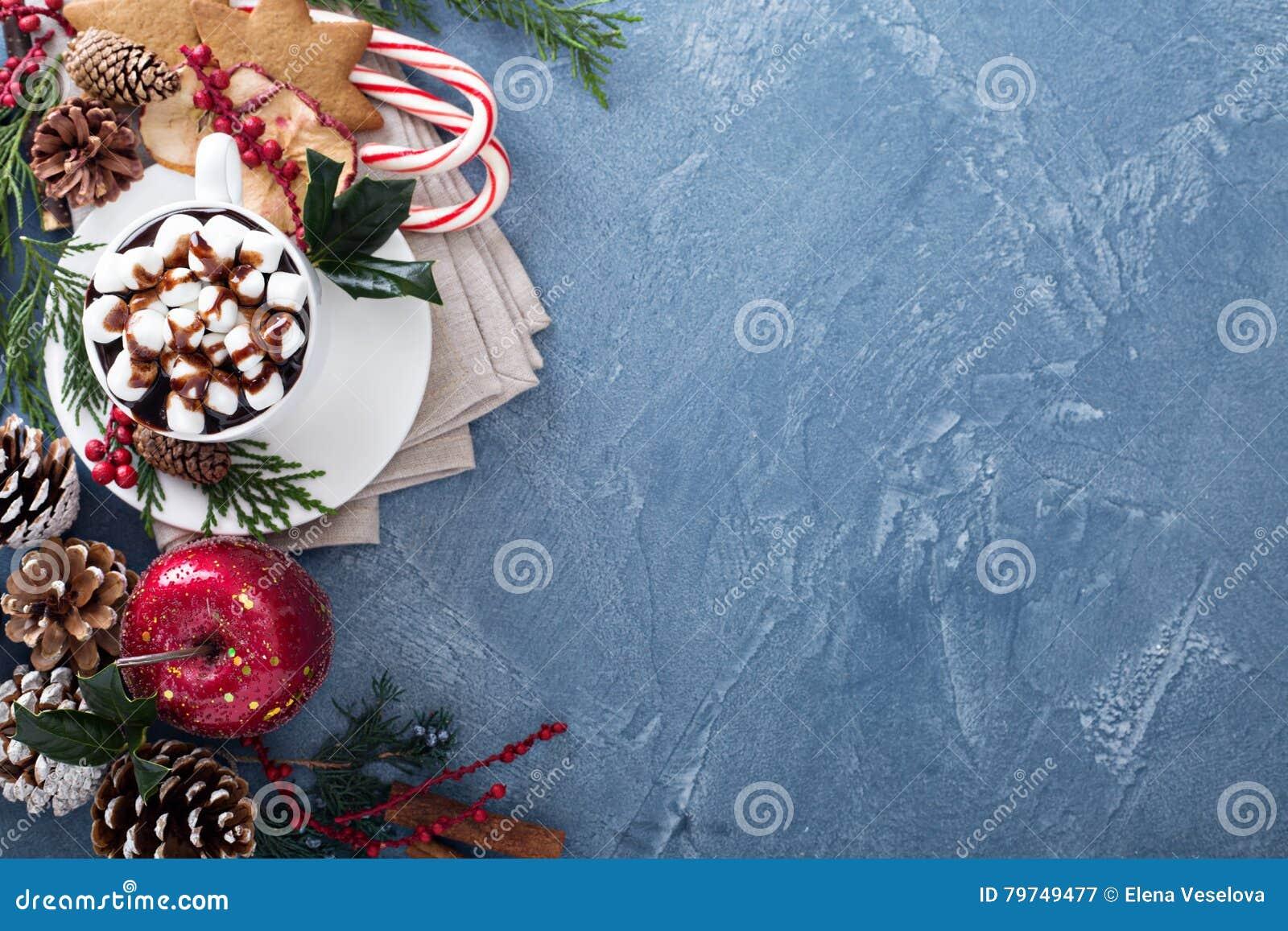 Chocolate caliente de la Navidad con las decoraciones festivas