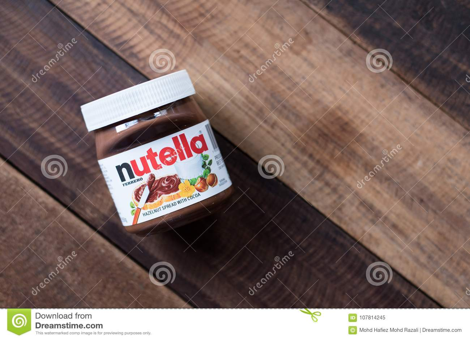 Chocolate de Nutella separado en la tabla de madera