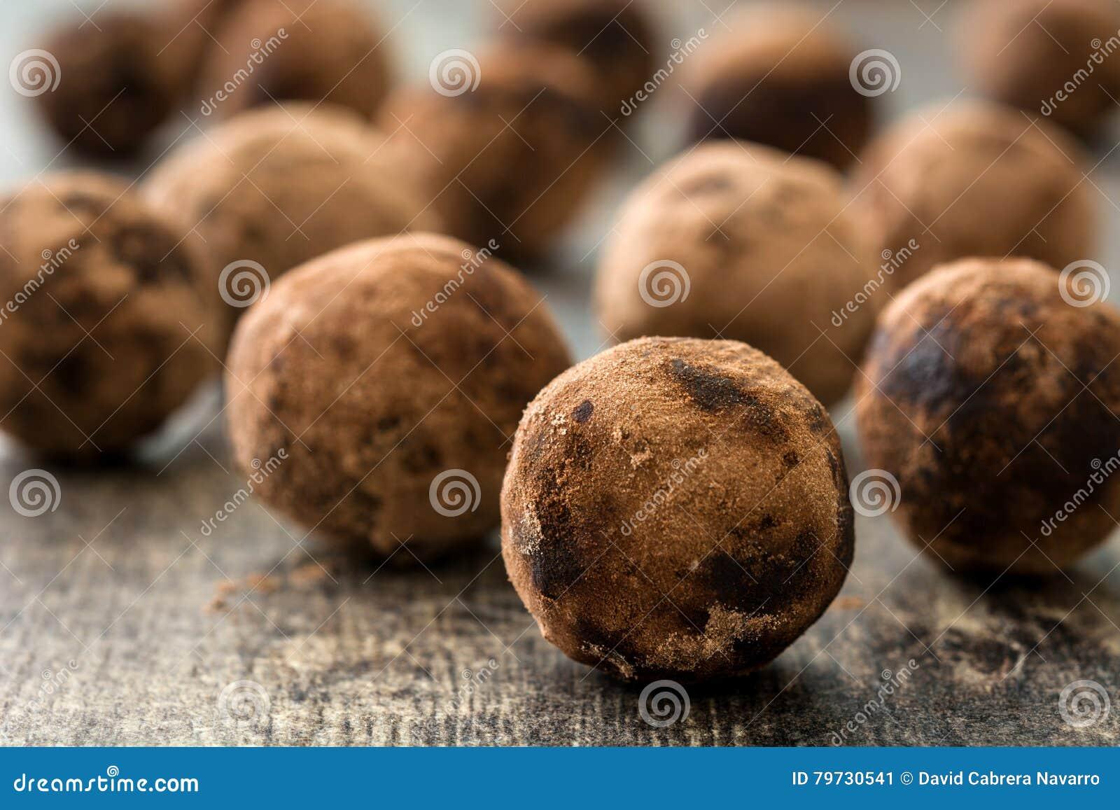 Chocolate hecho en casa en tabla de madera