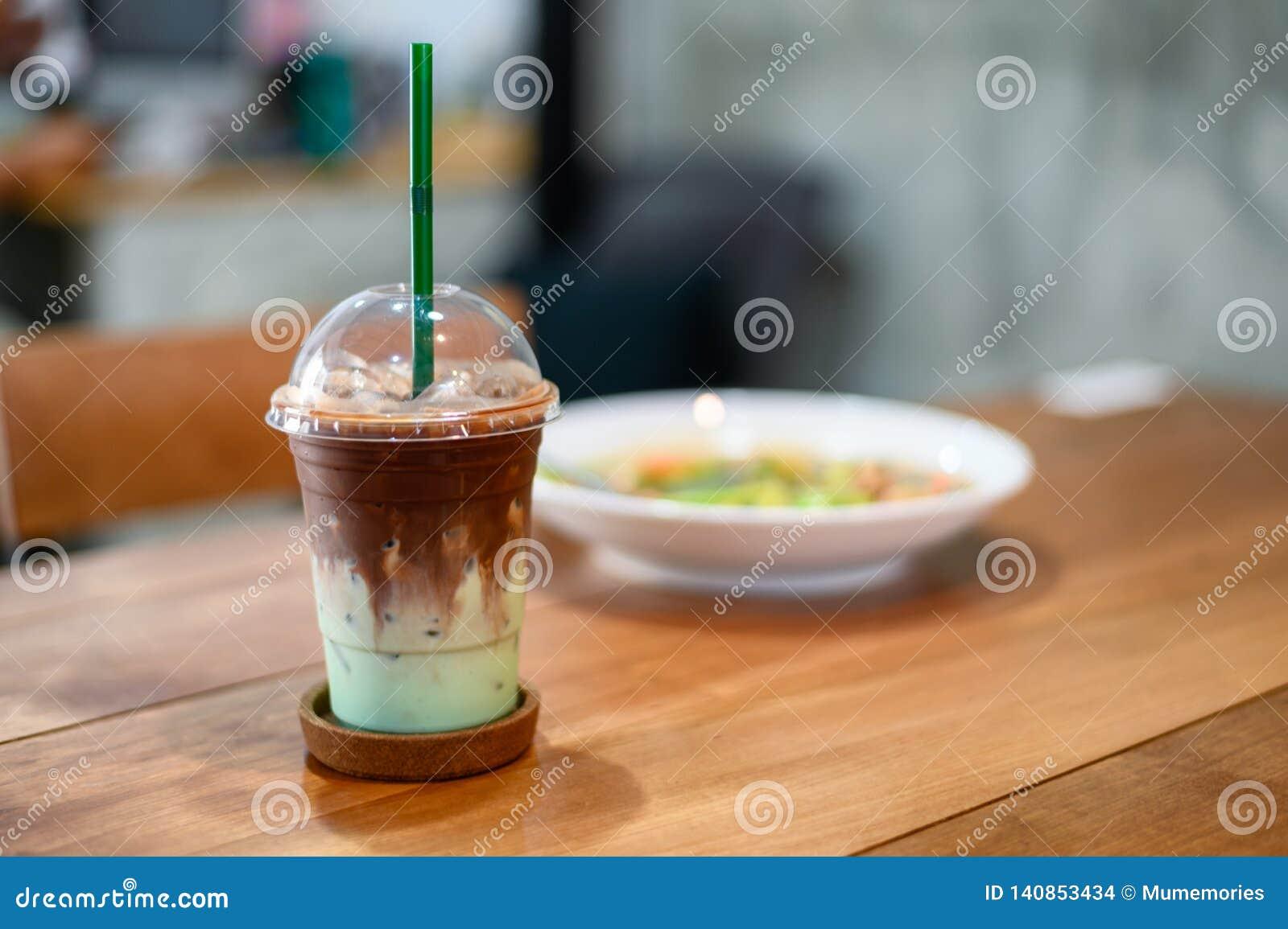 Chocolate oscuro del hielo con la menta verde en vidrio plástico
