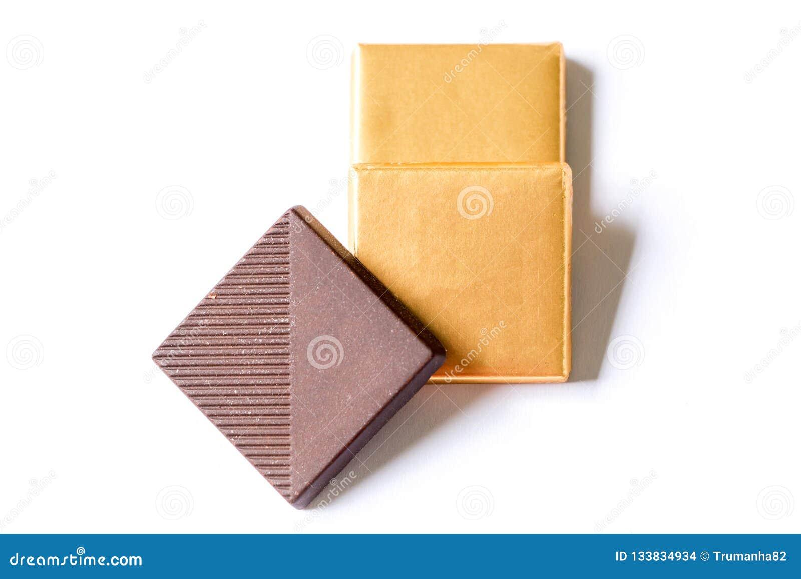 Chocolates escuros no fundo branco