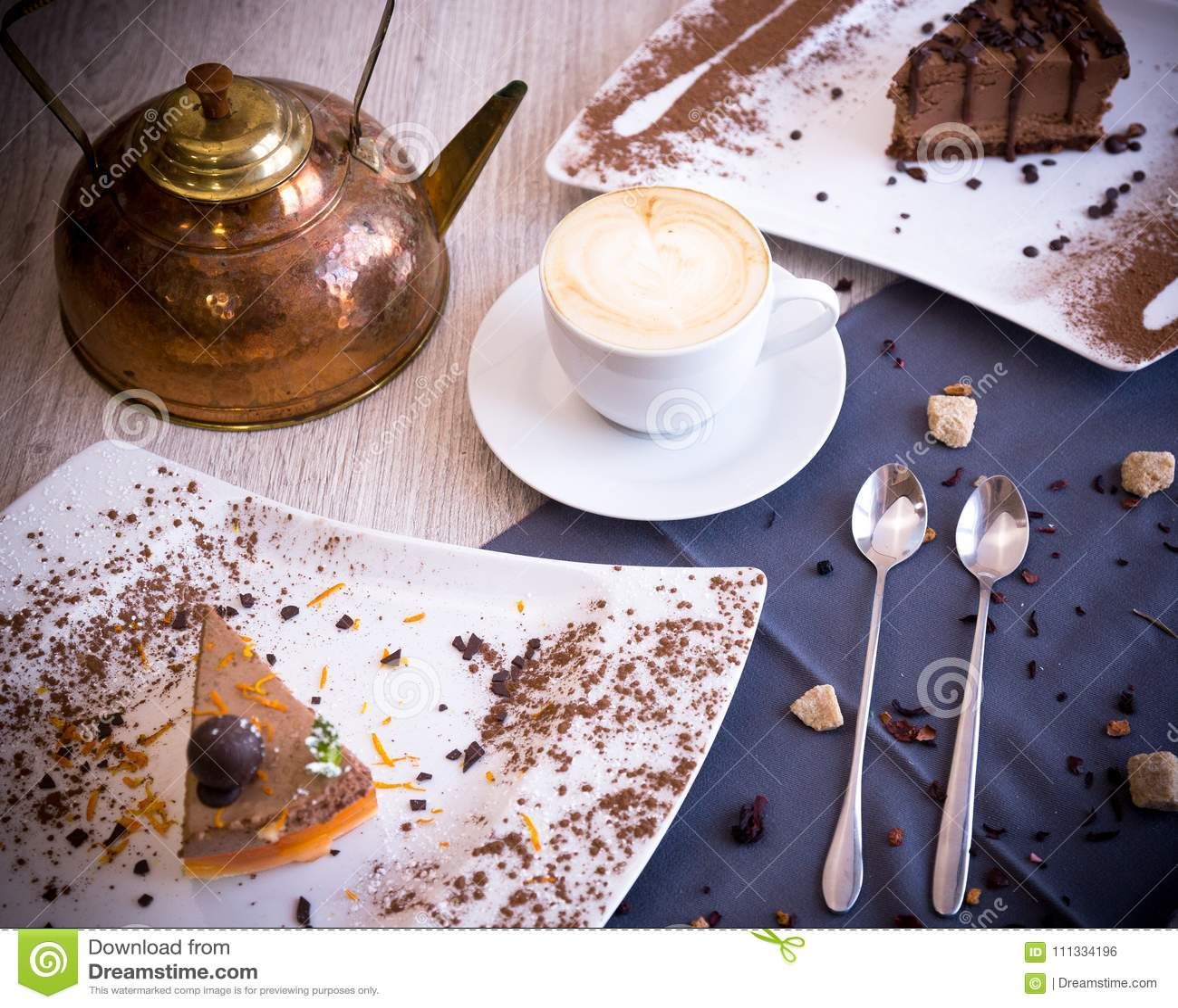 Chocolaty deser z delikatnym ciastkiem i souffle stapianie w usta