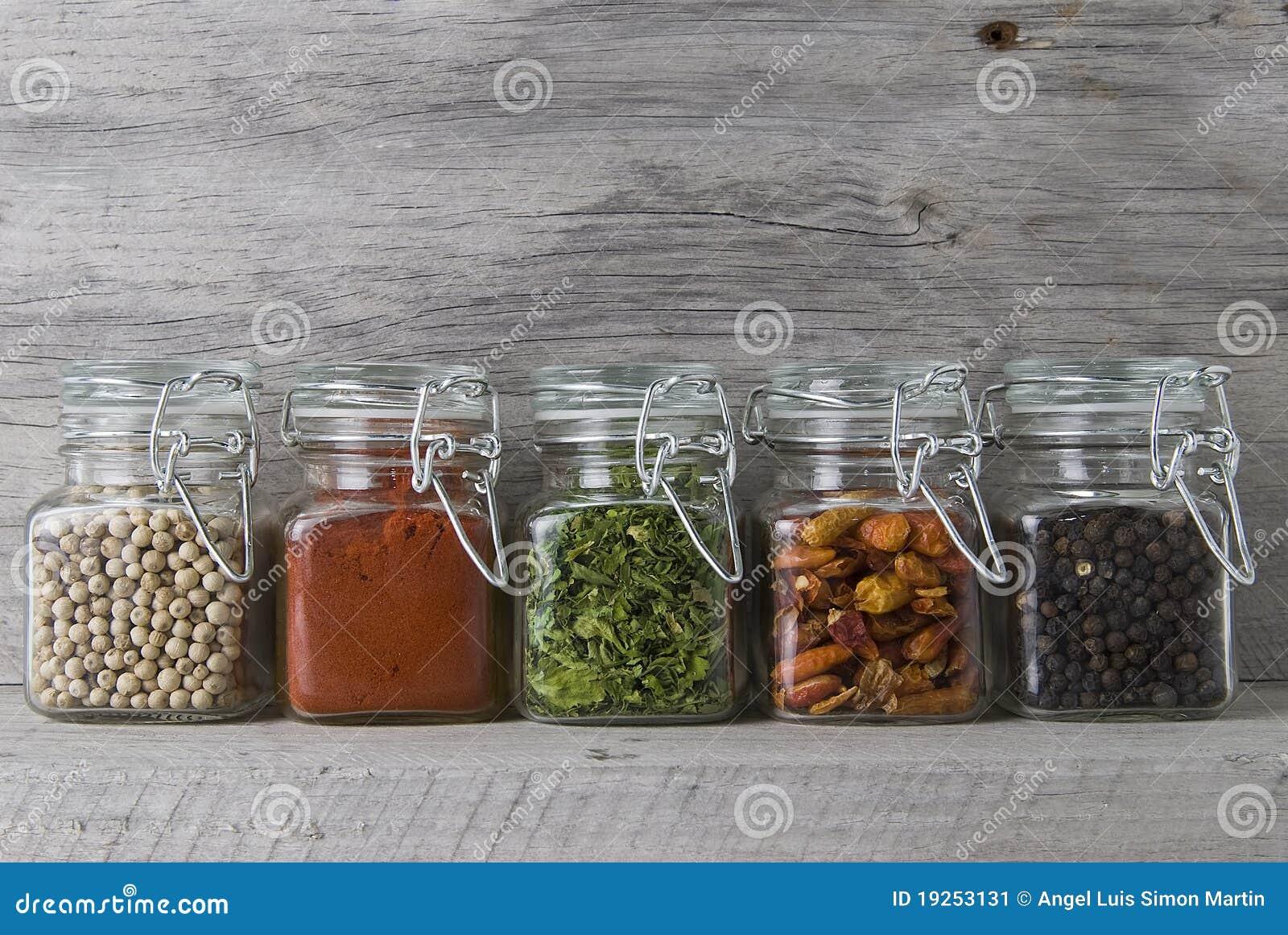 Chocs avec des épices sur un vieux stand.
