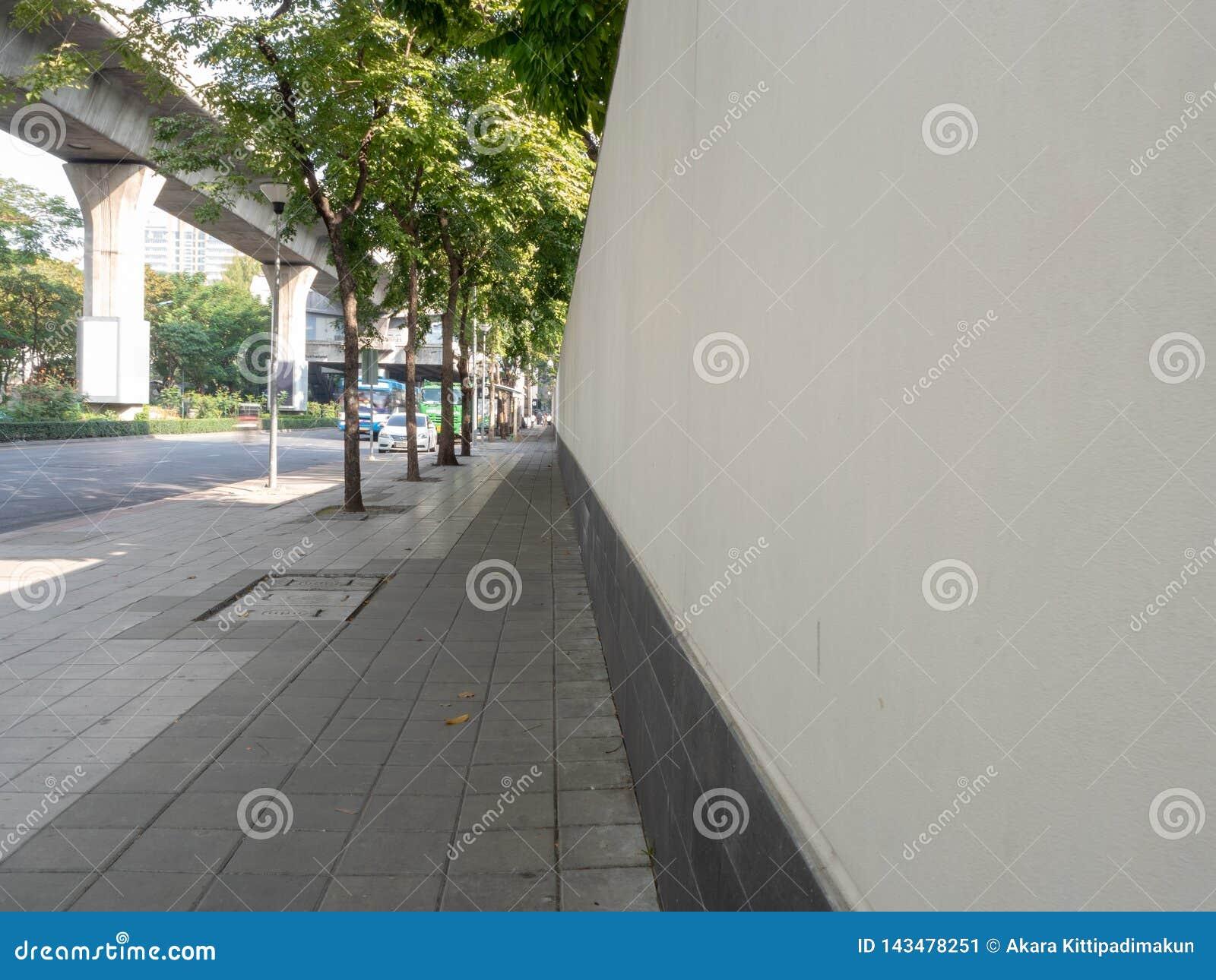 Chodniczki z ścianą i ulicą w centrum miasta