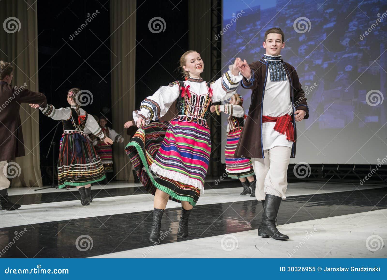 Chodowiacy舞蹈小组的舞蹈家在阶段执行