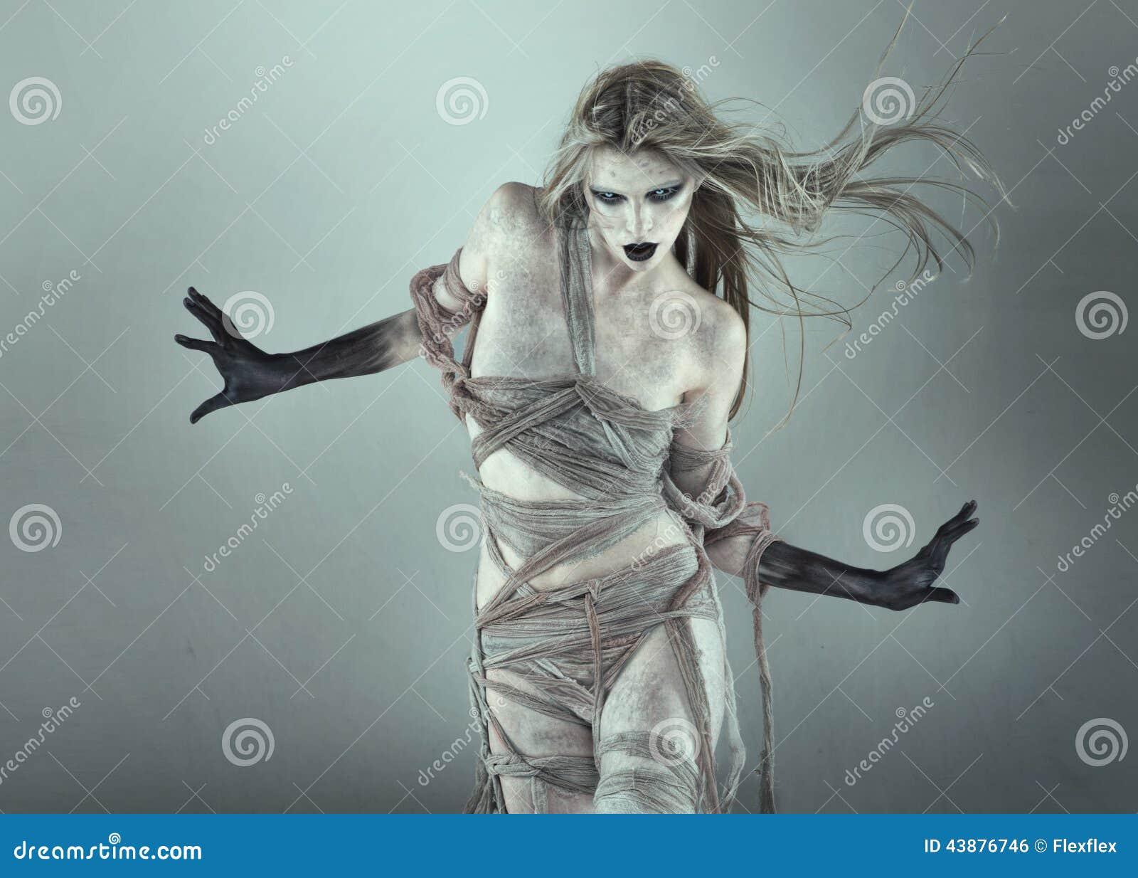 Chodząca nieżywa straszna dziewczyna