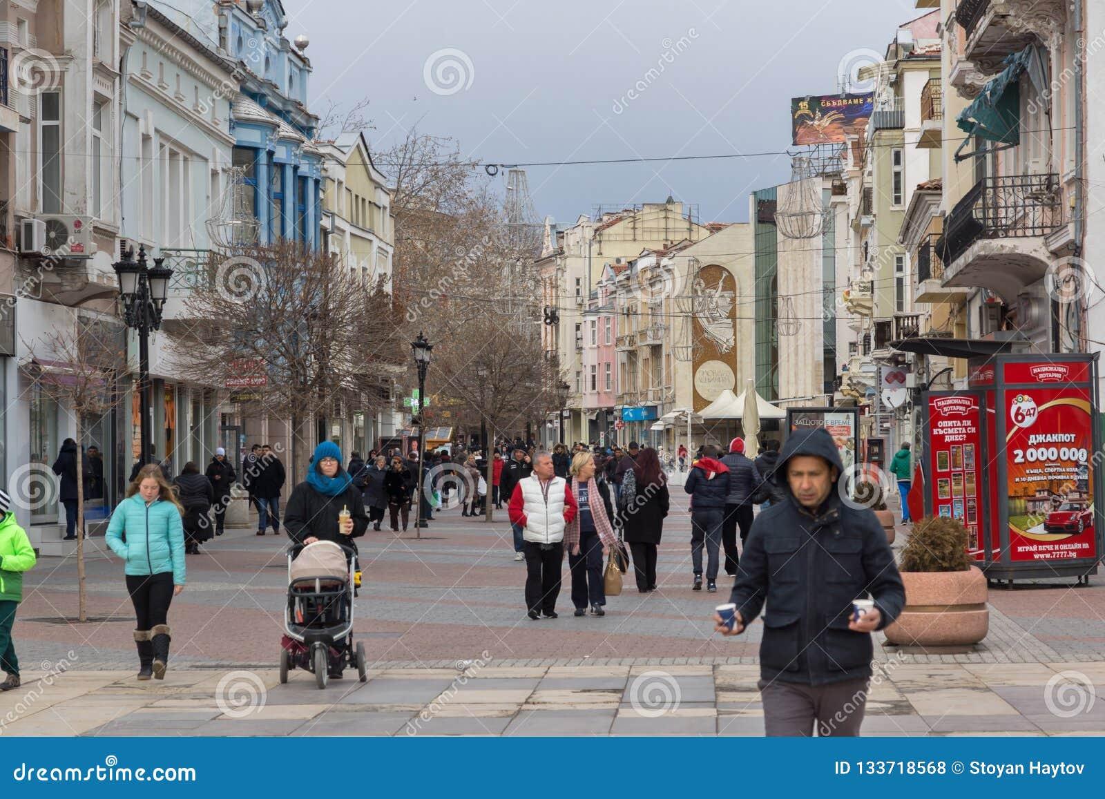 Chodzący ludzie przy środkową zwyczajną ulicą w mieście Plovdiv, Bułgaria