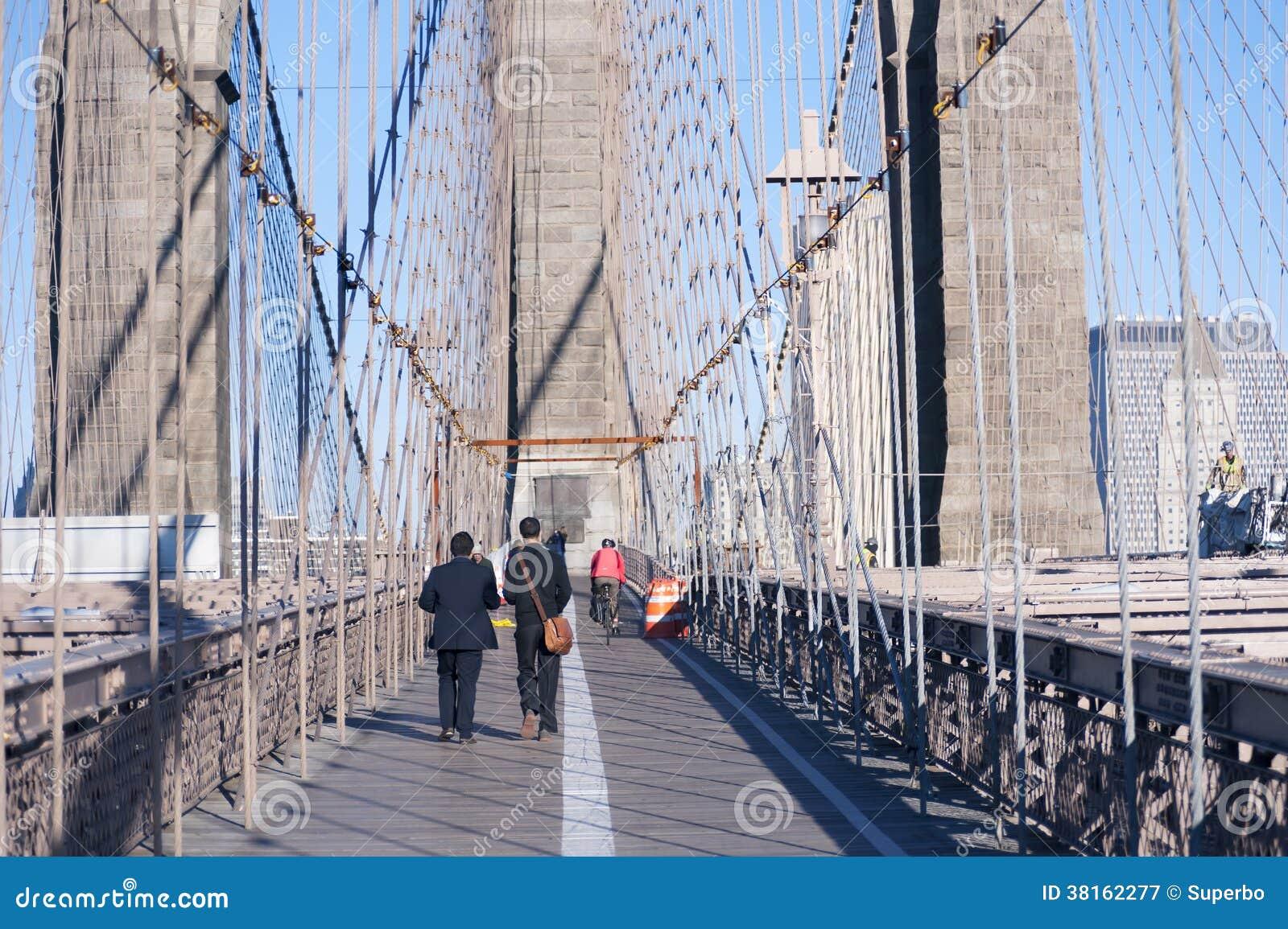 Chodzić nad mostem brooklyńskim Miasto Nowy Jork