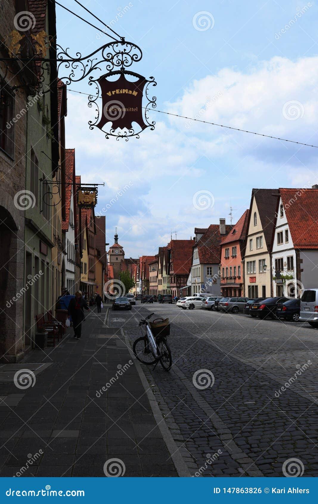 Chodzi? w d?? ulic? w ?redniowiecznym Rothenburg ob dera Tauber