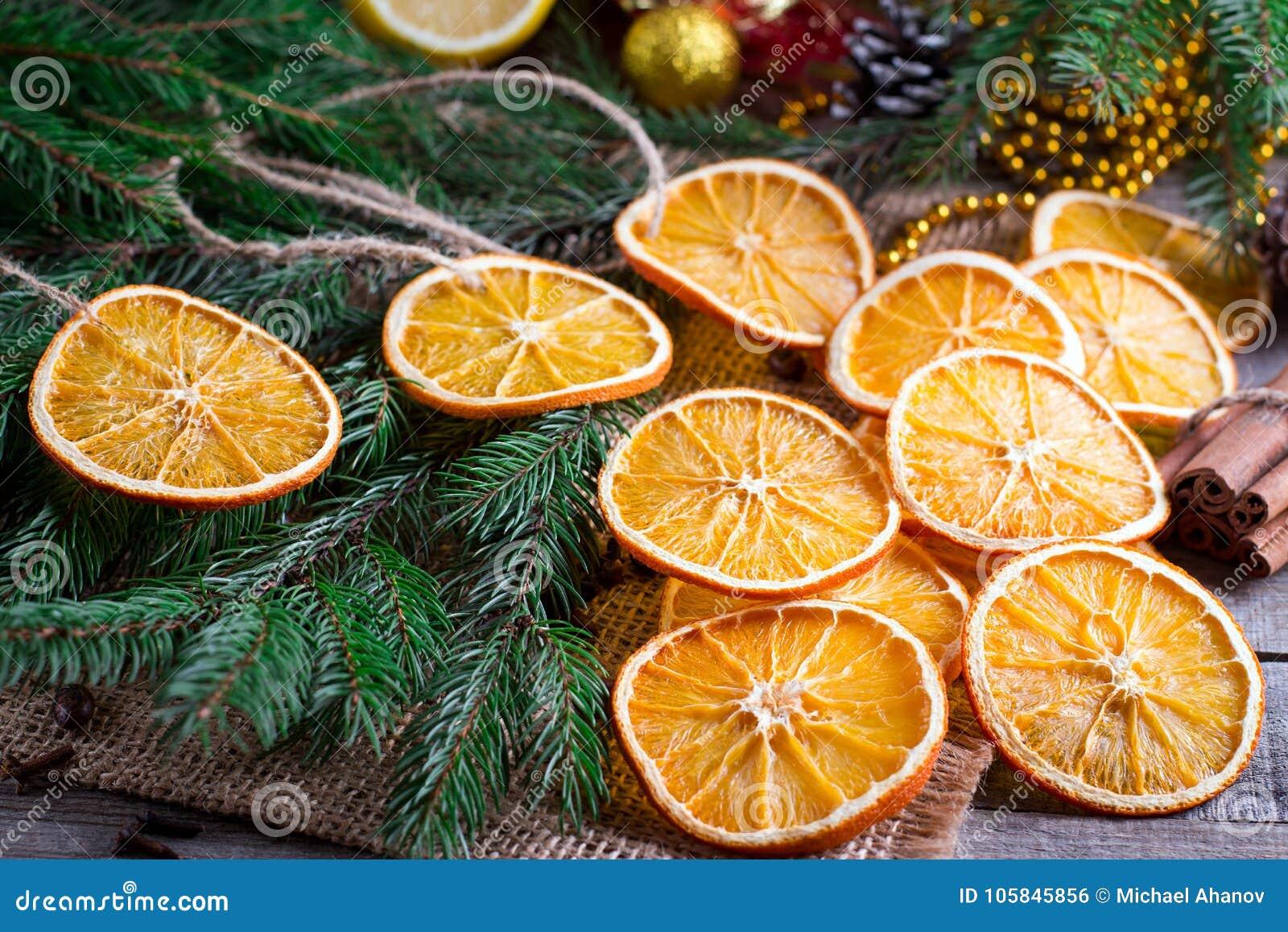 Choinka od suchych pomarańcz, cynamonu i anyżowych gwiazd na drewnianym wieśniaka drzewie w tle, stołowym i jedlinowym