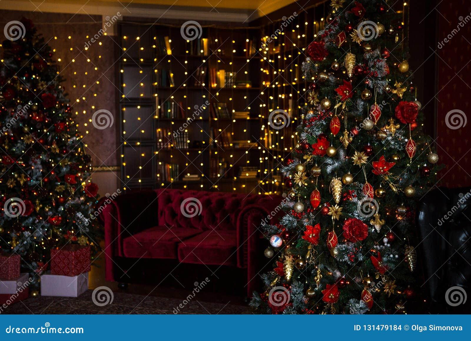 Choinka wakacje domu wnętrze zaświeca girlandy i domowe dekoracje,