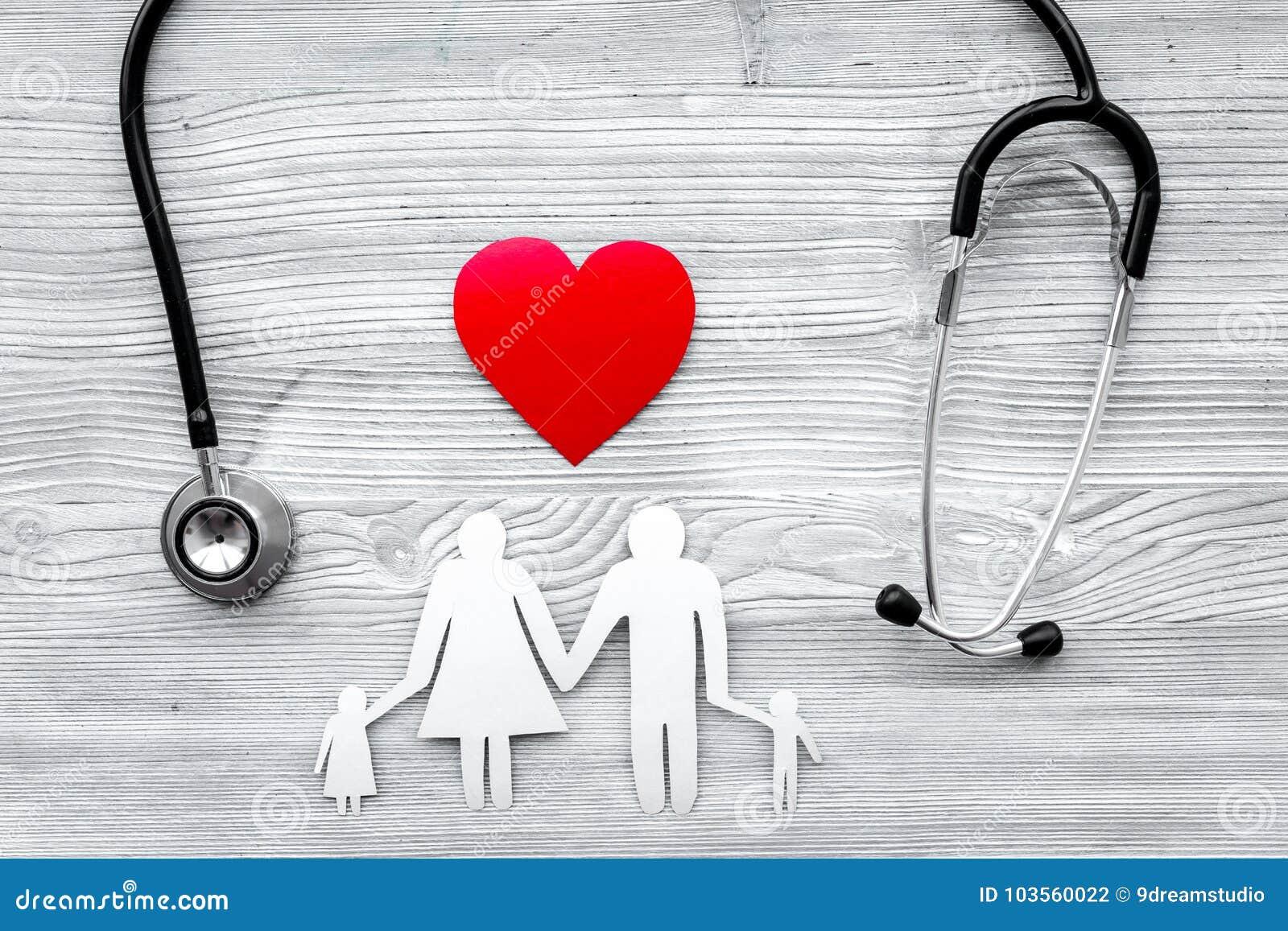 Choisissez l assurance médicale maladie Stéthoscope, coeur de papier et silhouette de famille sur la vue supérieure de fond en bo