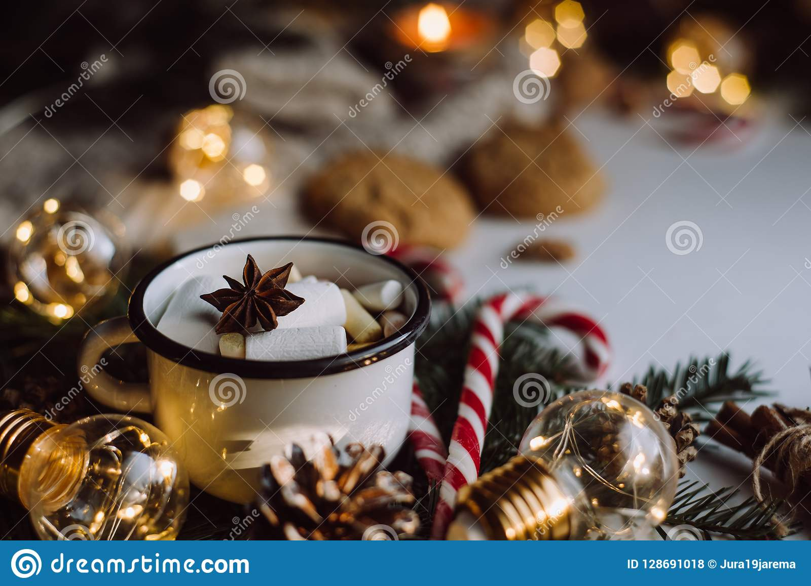 Choklad eller kakao med marshmallowen, kakor, godis på vit bakgrund