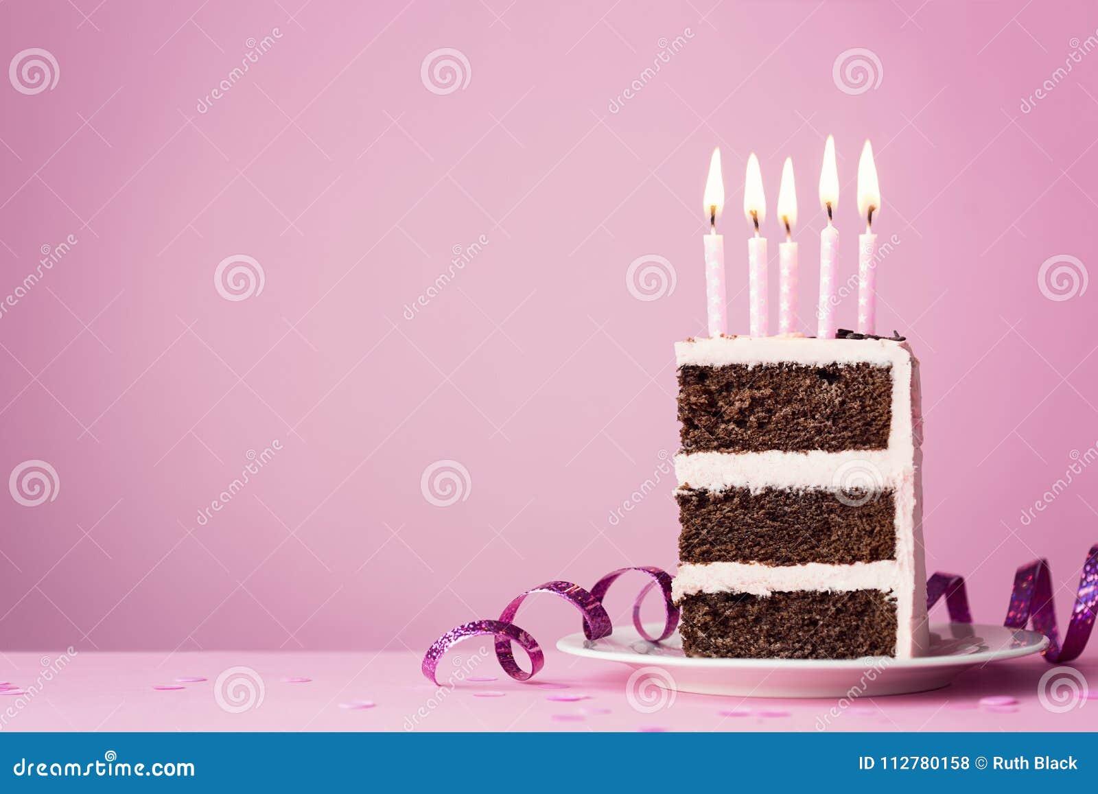Chokladfödelsedagkaka med rosa stearinljus