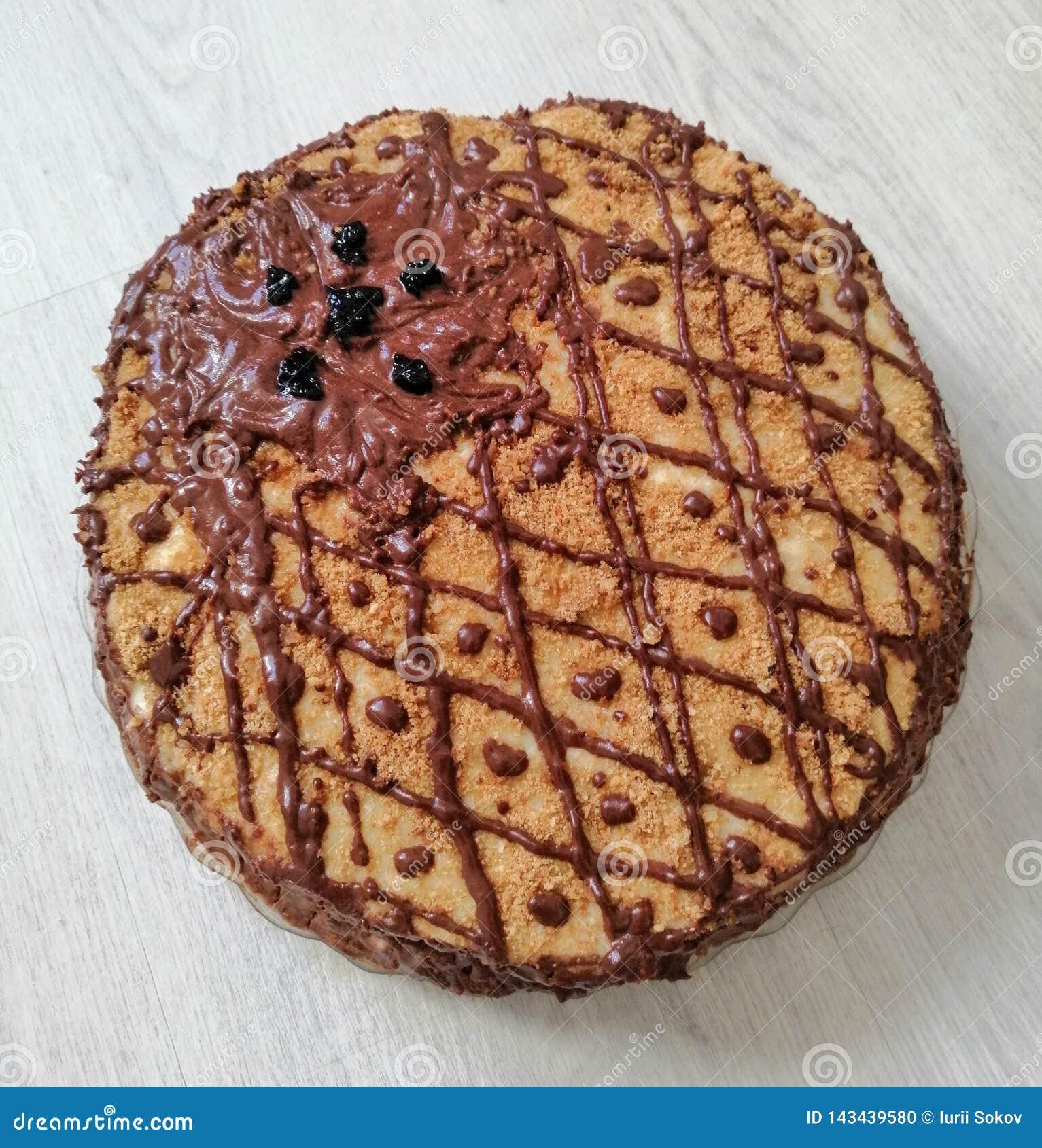 Chokladkaka som dekoreras med bär på en tabell