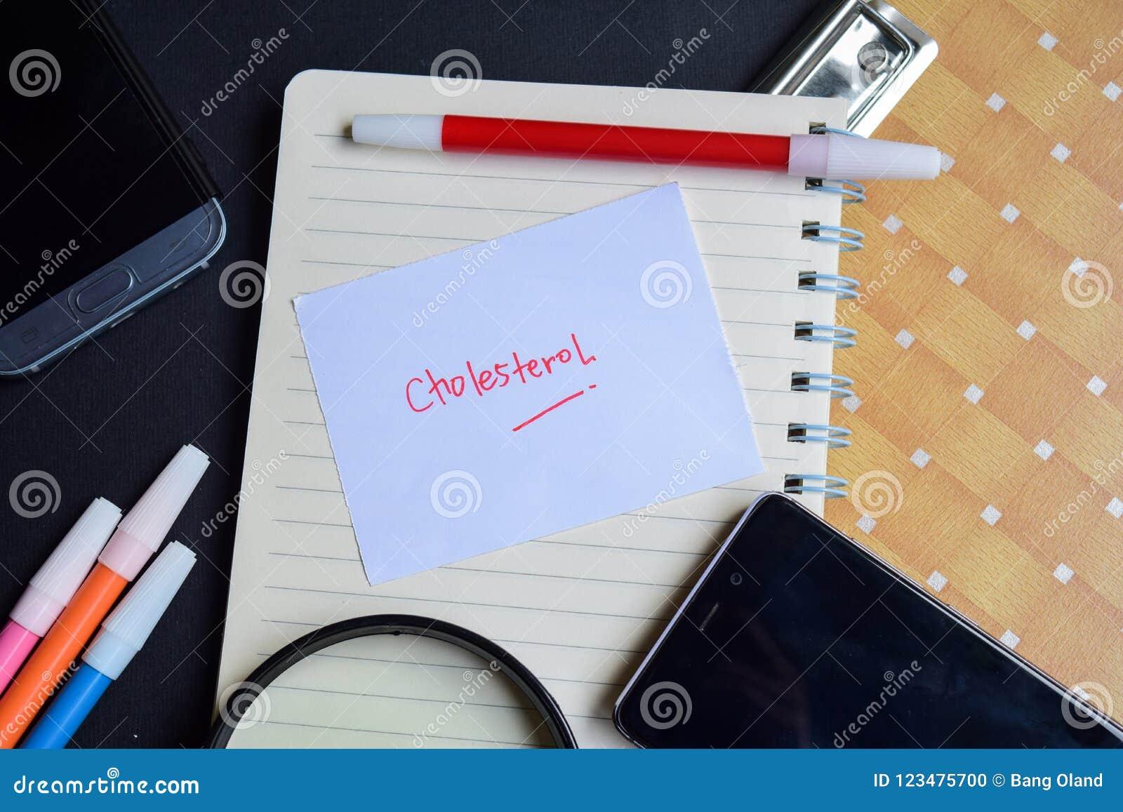 Cholesterinwort geschrieben auf Papier Cholesterintext auf Arbeitsbuch, Technologiegeschäftskonzept