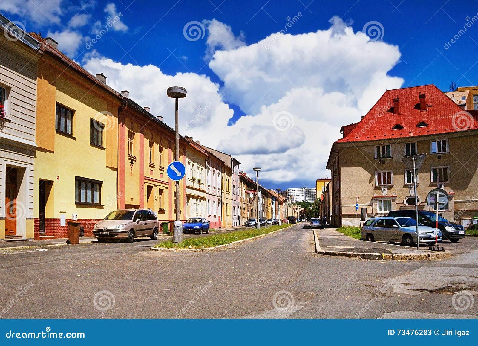 2016/06/18 - Chomutov市,捷克共和国-与大白色云彩的好的深蓝天空在街道的上房子