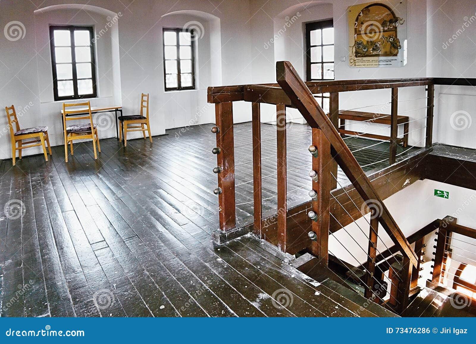2016/06/18 Chomutov市,捷克共和国-在历史的塔'Mestska vez的'顶楼上的东部木楼梯