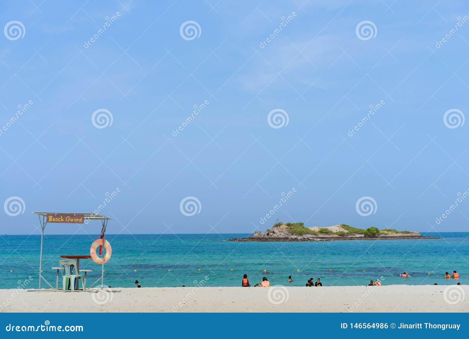 CHON BURI THAILAND - APRIL 19: Oidentifierade turister kopplar av och simmar p? stranden av Samae San ?ar Koh Samae San p? April