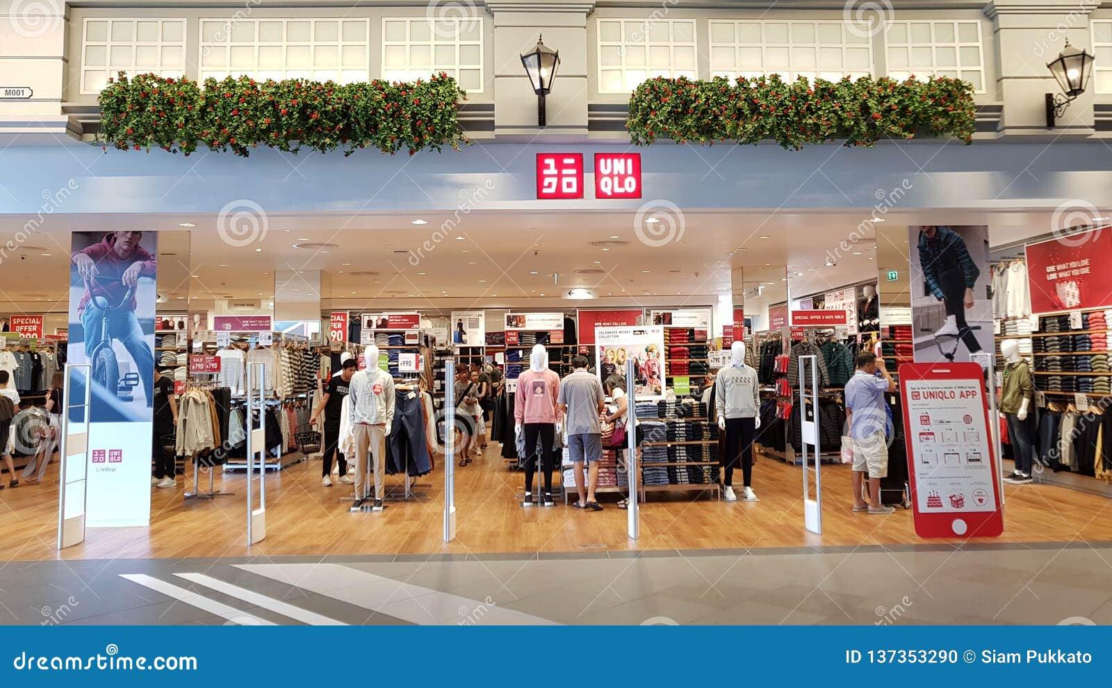 Chon Buri Thailand - December 21, 2018: Den yttre sikten av Uniqlo shoppar, den Pattaya för terminal 21 filialen