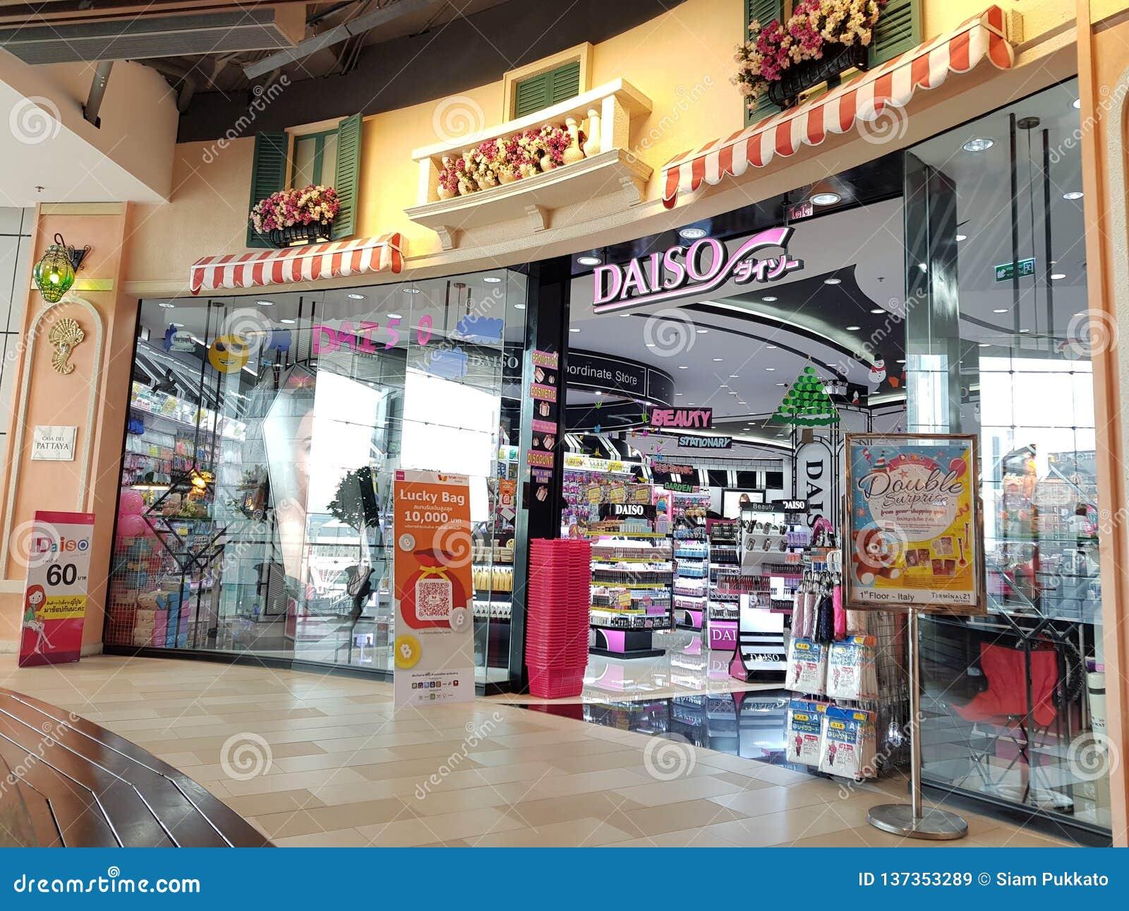 Chon Buri Thailand - December 21, 2018: Yttre sikt av det Daiso Japan lagret i shoppinggallerian, Pattaya för terminal 21 filial