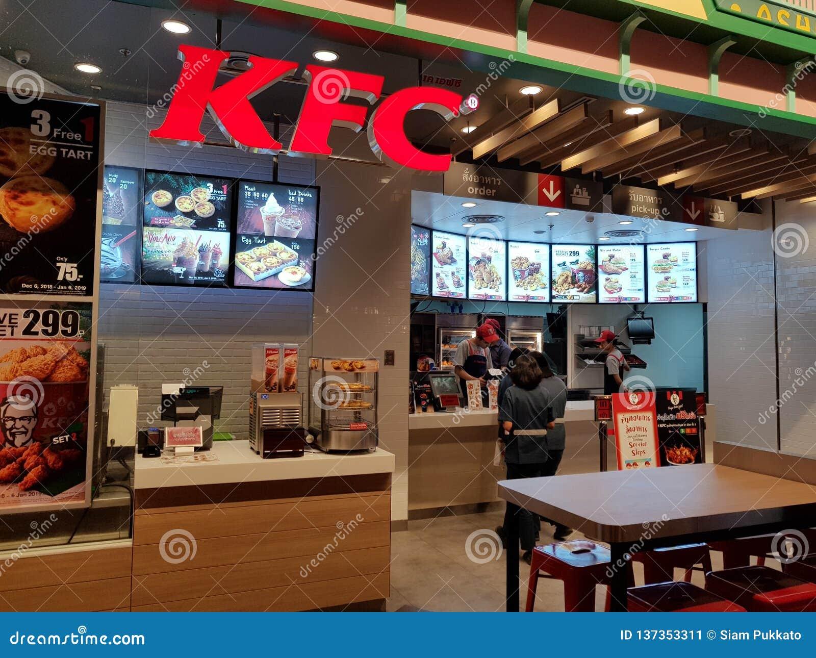 Chon Buri Thailand - December 21, 2018: Yttre sikt av KFC snabbmatrestaurangen med kunder, Pattaya för terminal 21 filial
