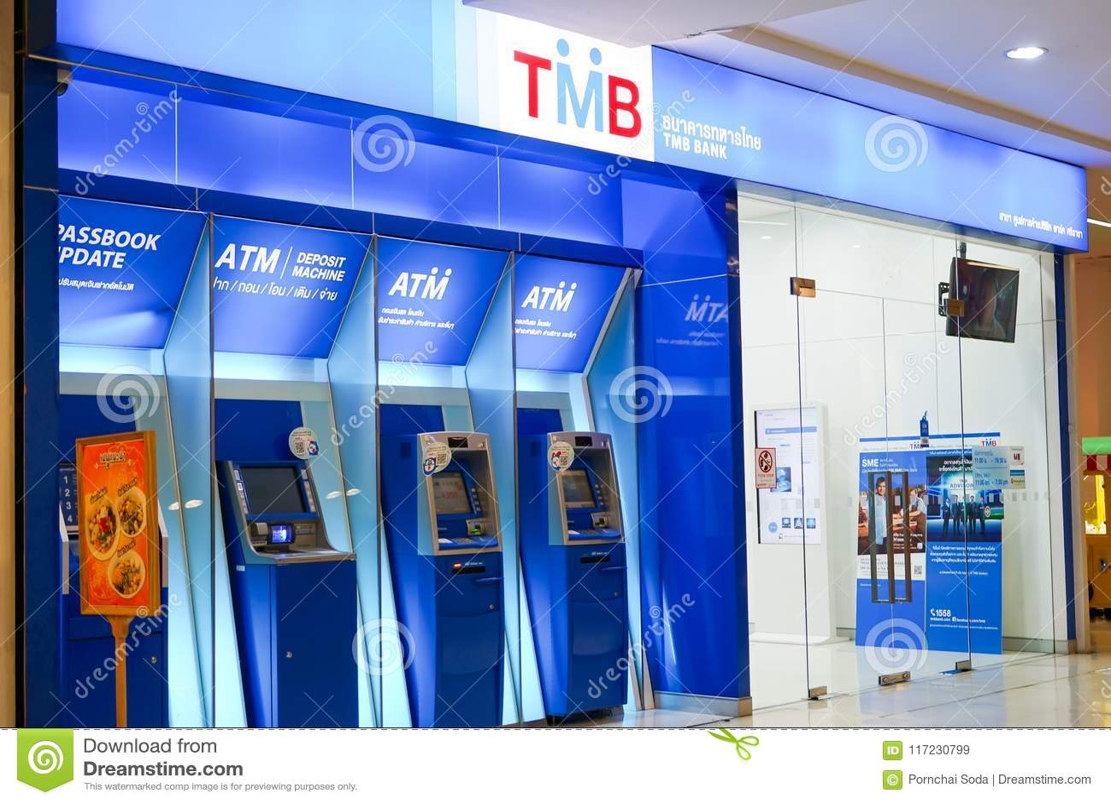 Chonburi, Tailandia, febrero de 2018: Servicio bancario de la atmósfera para la transacción financiera en la alameda de compras