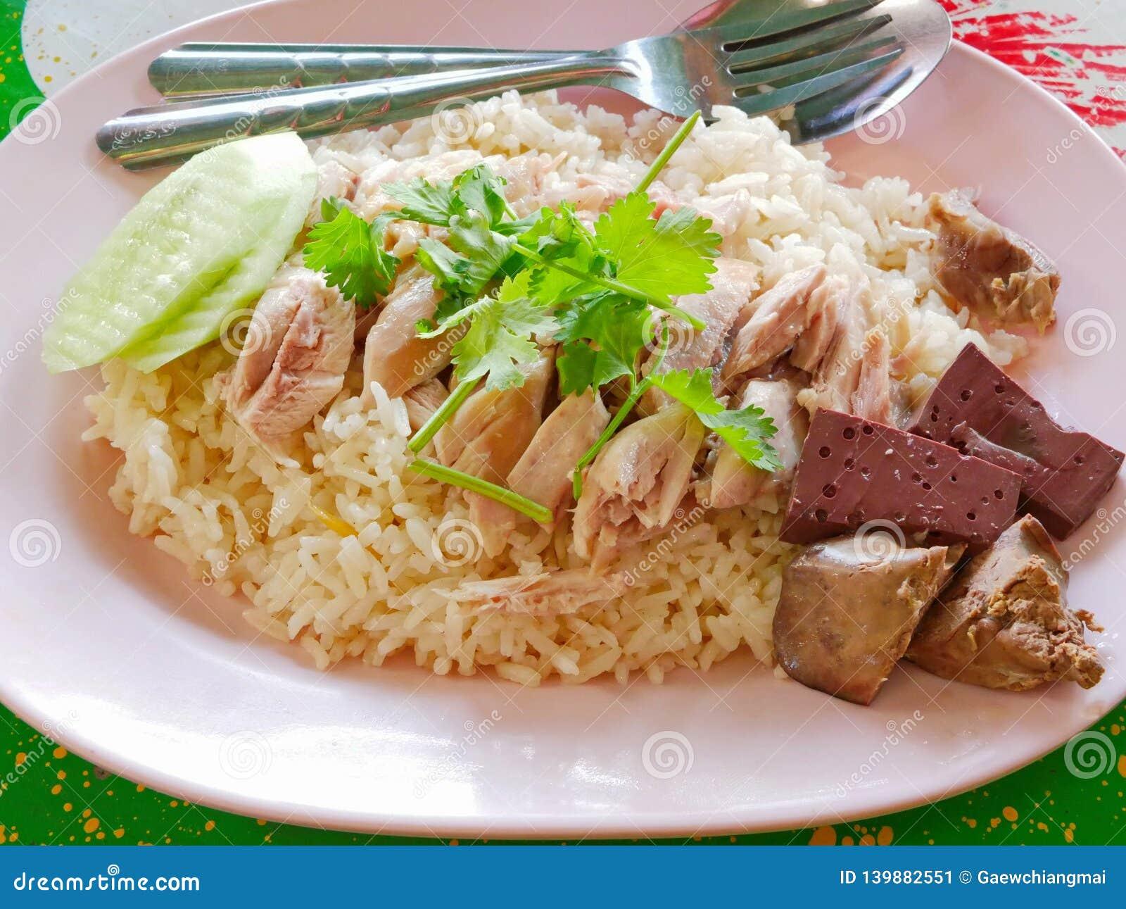 Chopped ha bollito il pollo sopra aglio ha cotto a vapore il riso bianco Kao Mon Kai