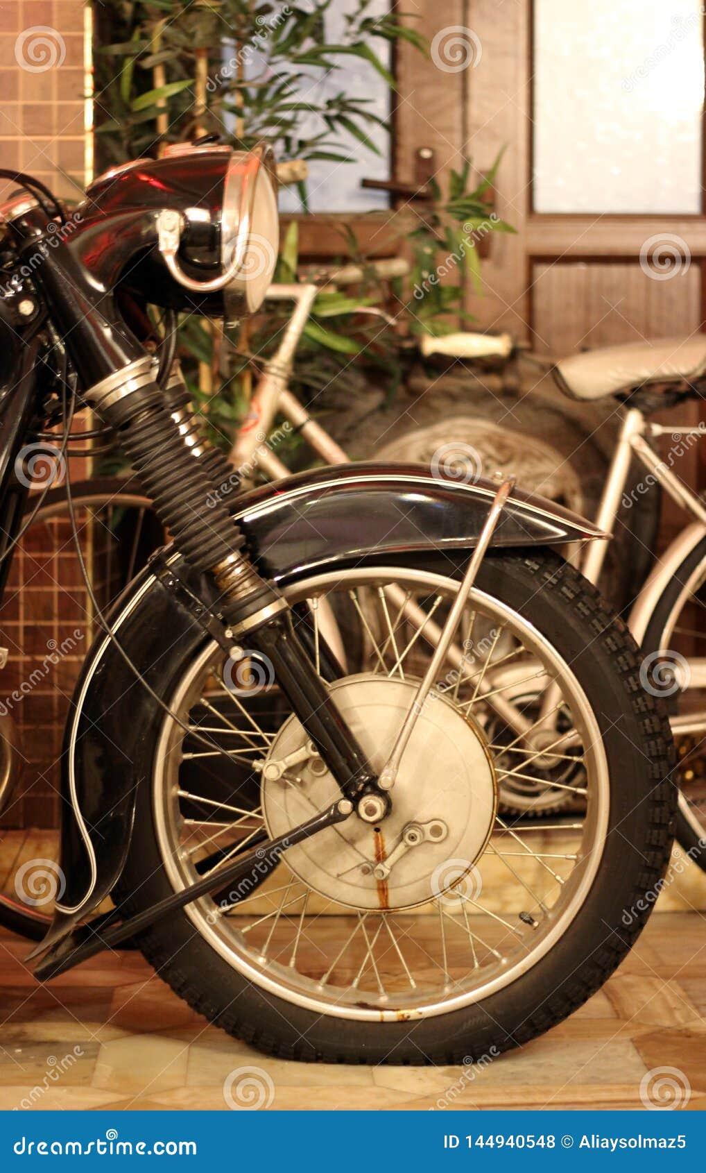 Chopper Side View antico, vecchia gomma, lampada capa, sospensione