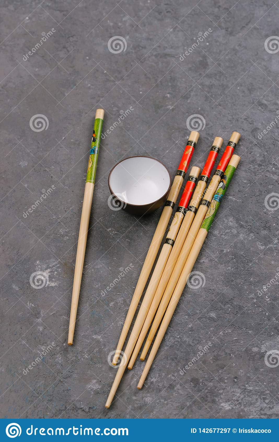 Chopsticks i puchar z soja kumberlandem na popielatym kamiennym tle
