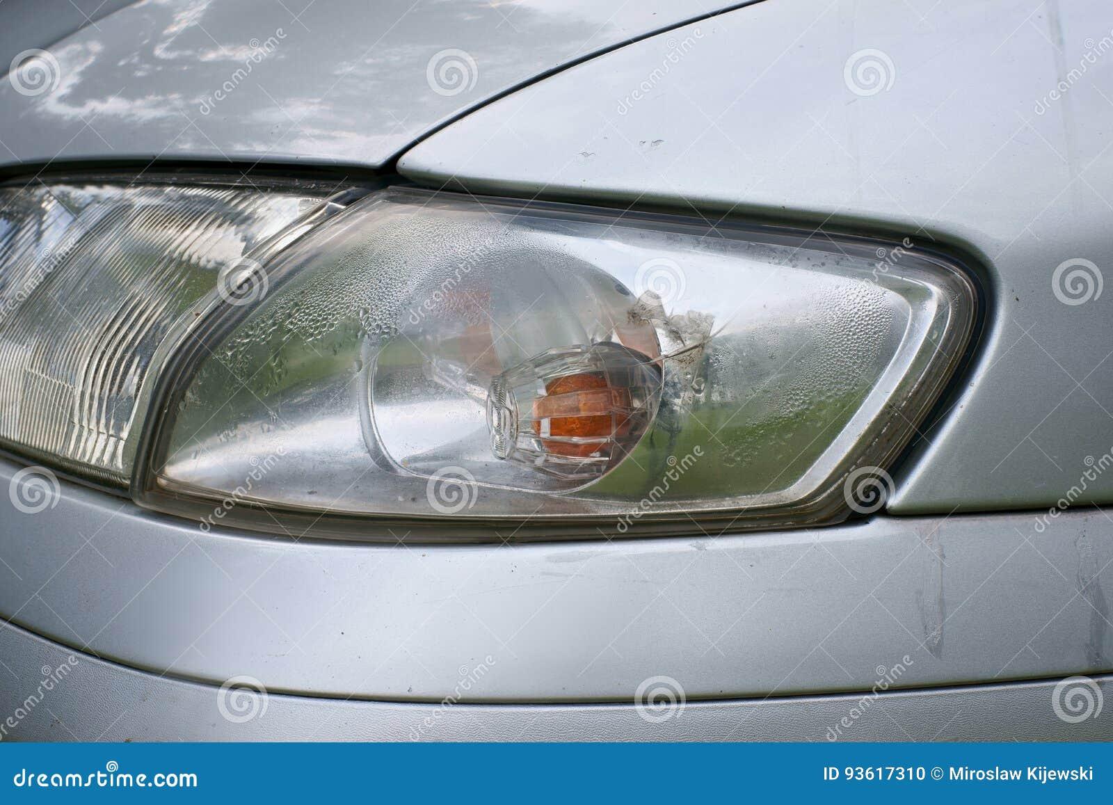 Choque de coche, el vehículo con un intermitente defectuoso