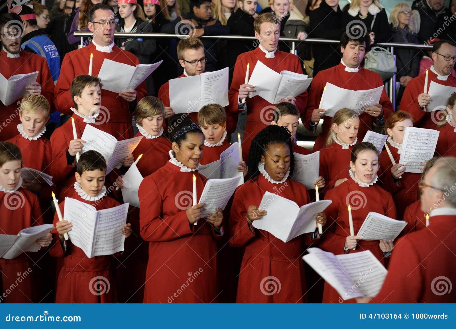 Chor führen Weihnachtslieder durch
