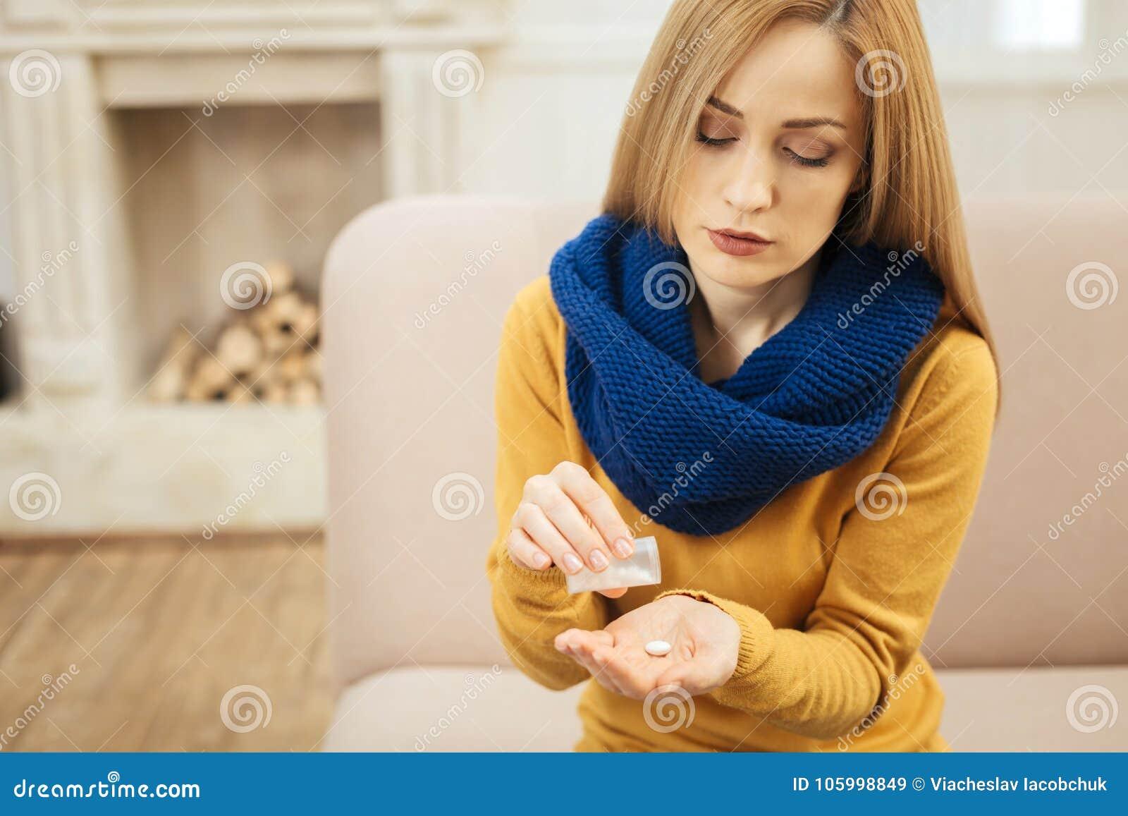 Chora blond kobieta bierze pigułki