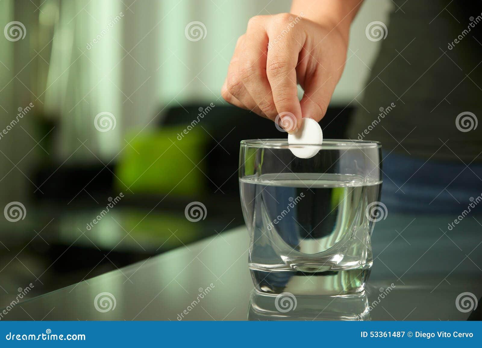Chora kobieta Stawia Gazowaną pastylkę Aspirin W szkle woda