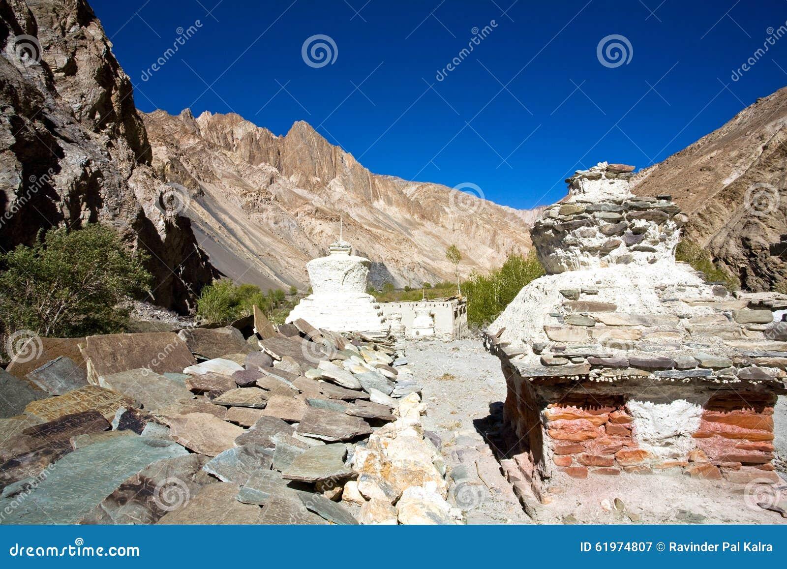 Chortens o Stupas durante el viaje de Markha, valle de Markha, Ladakh, la India