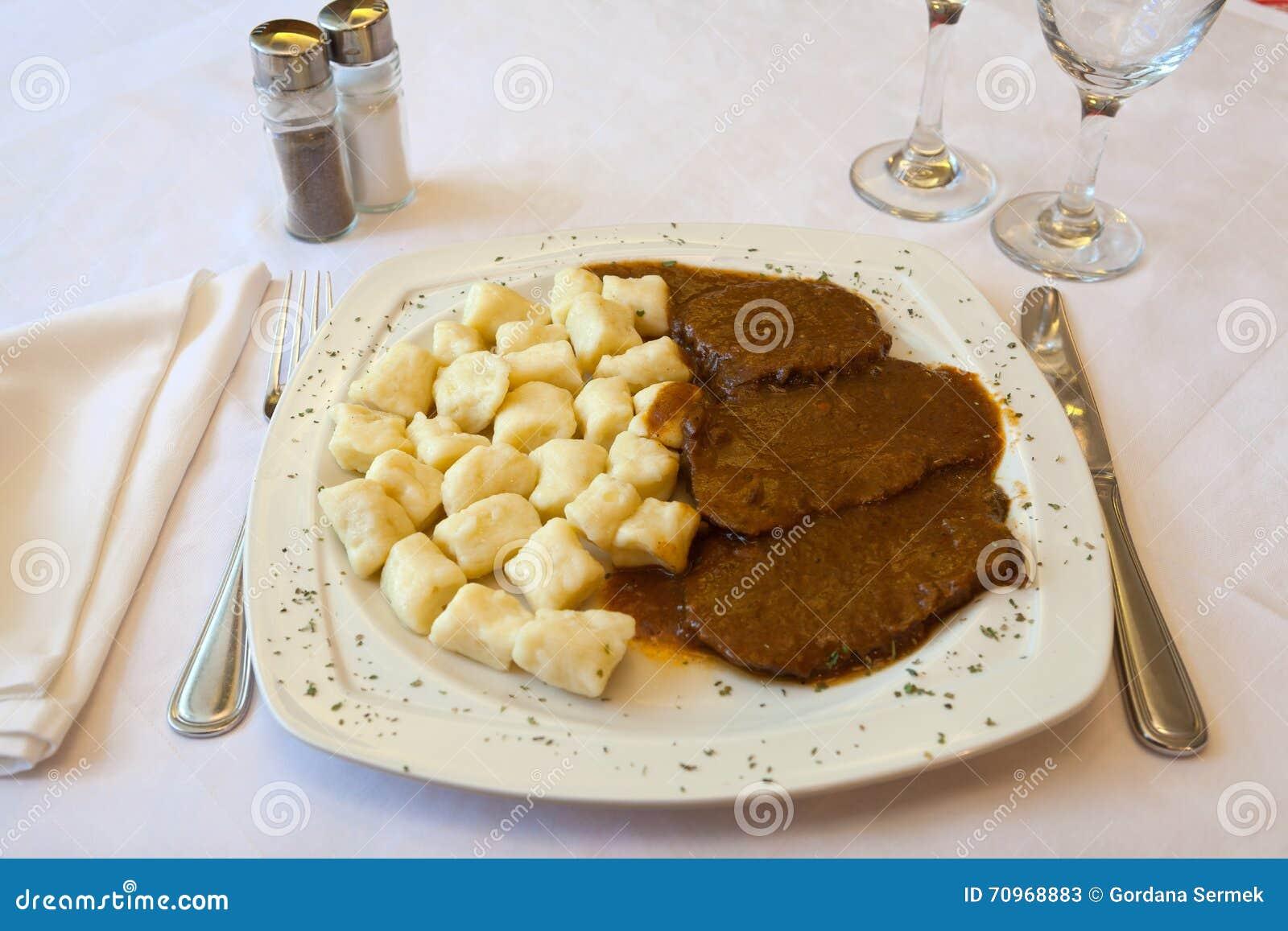 Chorwacka Tradycyjna Kuchnia Pasticada Z Gnocchi Obraz