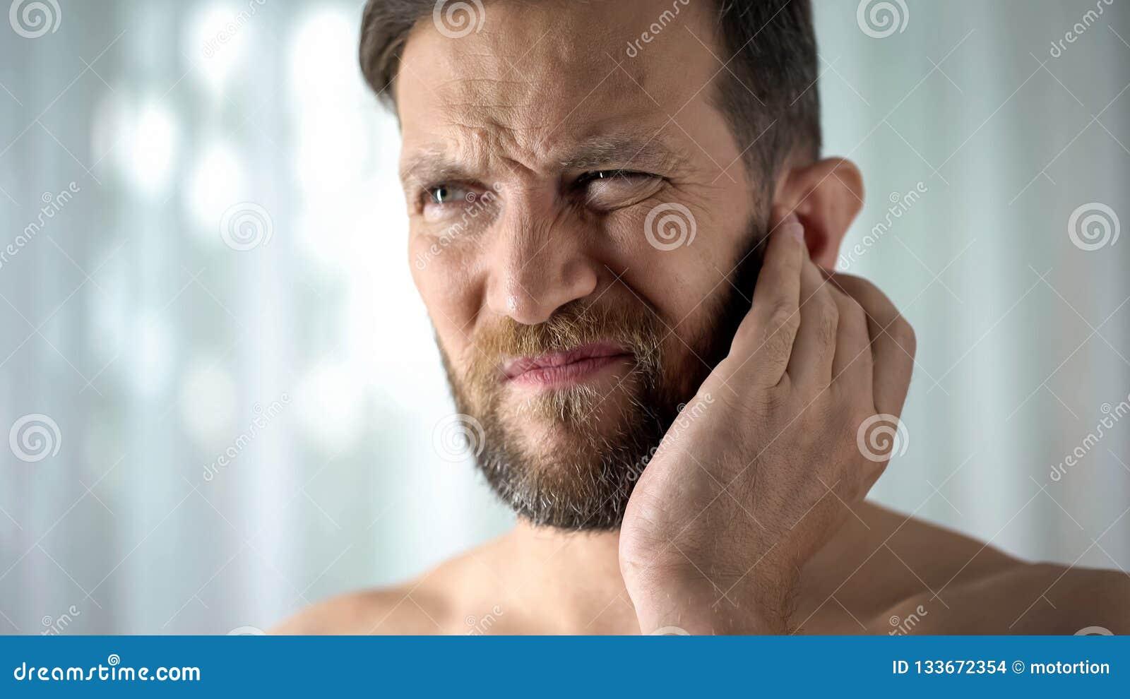 Chory facet czuje uszatego ból, opieka zdrowotna, neurologiczna infekcja, itchiness otitis