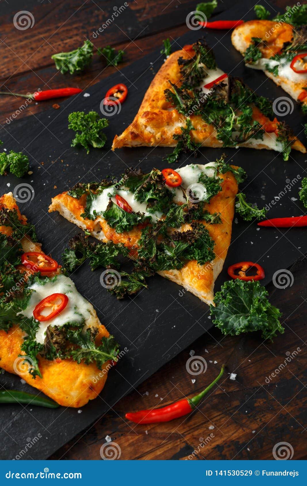 Chou frisé fait maison et pizza rouge de flatbread de piments avec du mozzarella