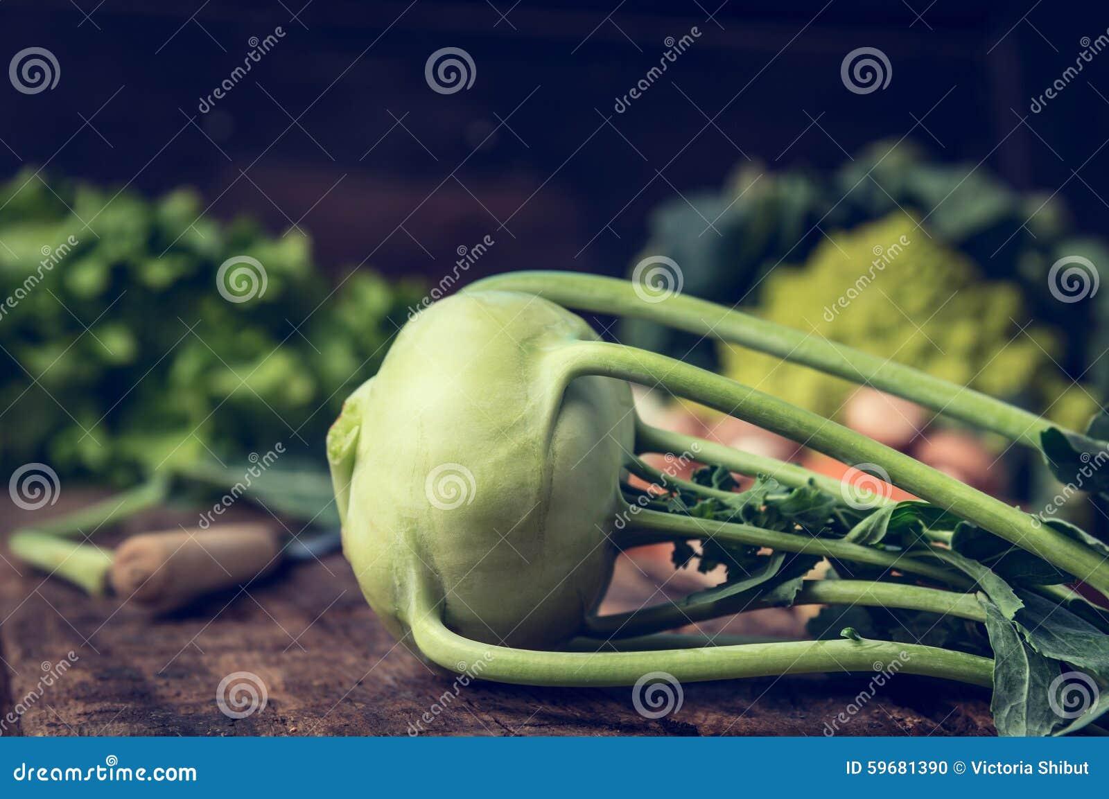 Chou-rave organique frais sur la table de cuisine rustique avec des légumes de jardin