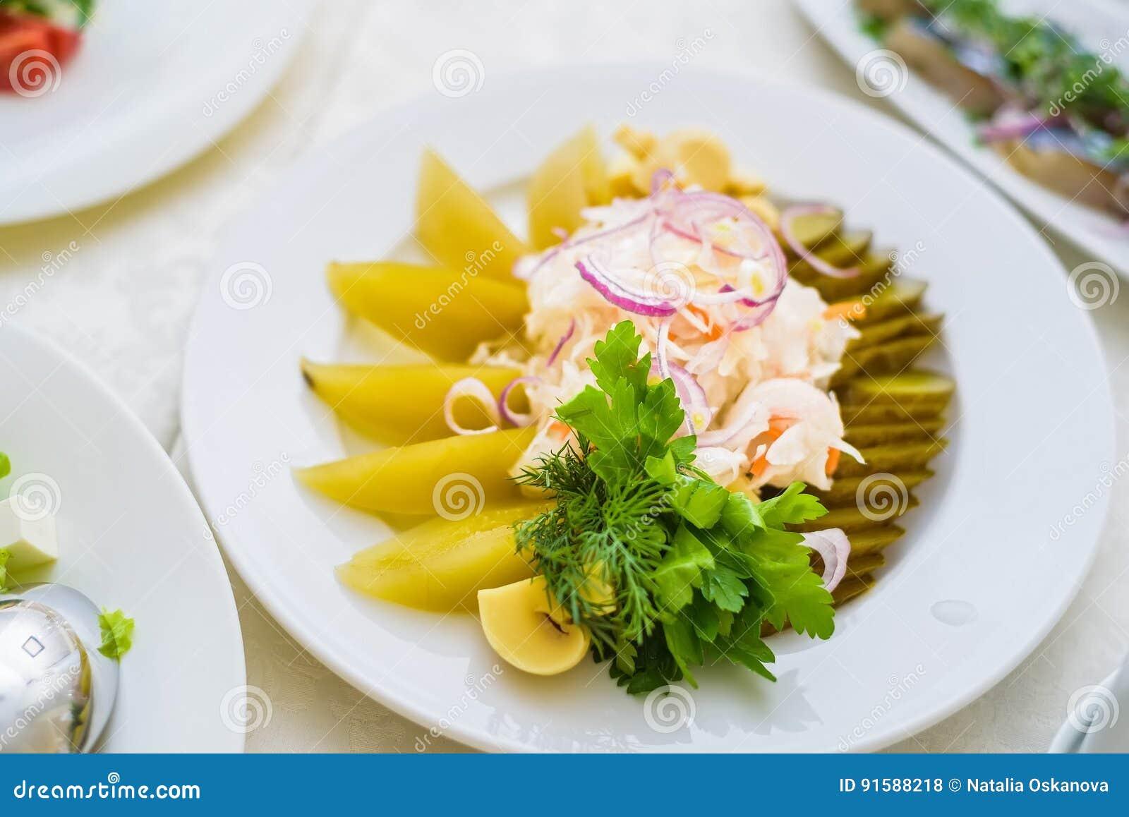 Choucroute de plan rapproché servie avec des légumes de plat