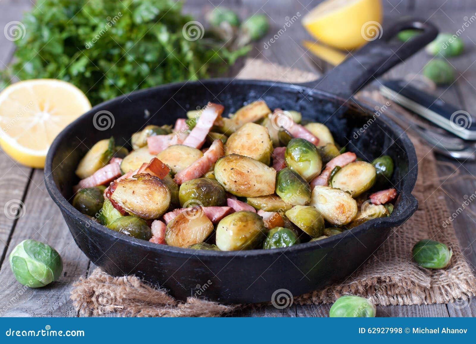 Choux de Bruxelles avec du jambon dans une casserole